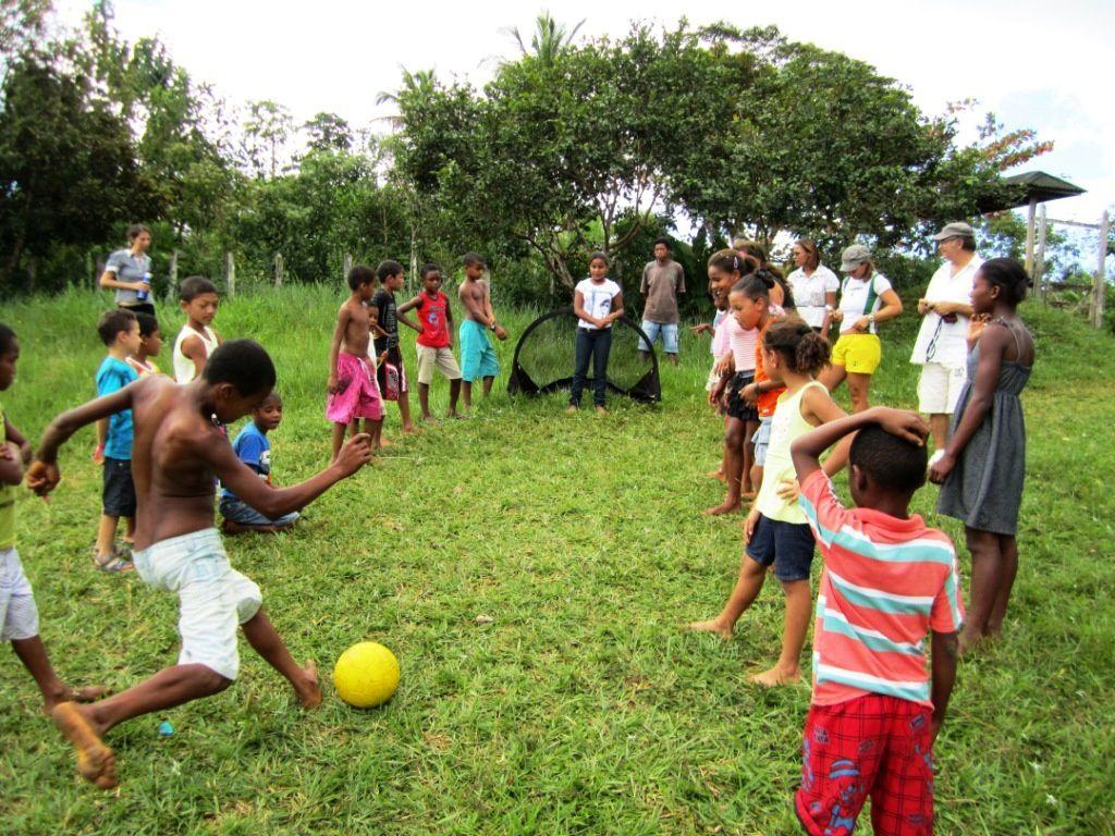 La journée s'achève par un match de futebol entre filles et garçons qui se termine aux penalties... et c'est l'équipe des filles qui l'emporte, face à des garçons totalement dépités et honteux...  :)