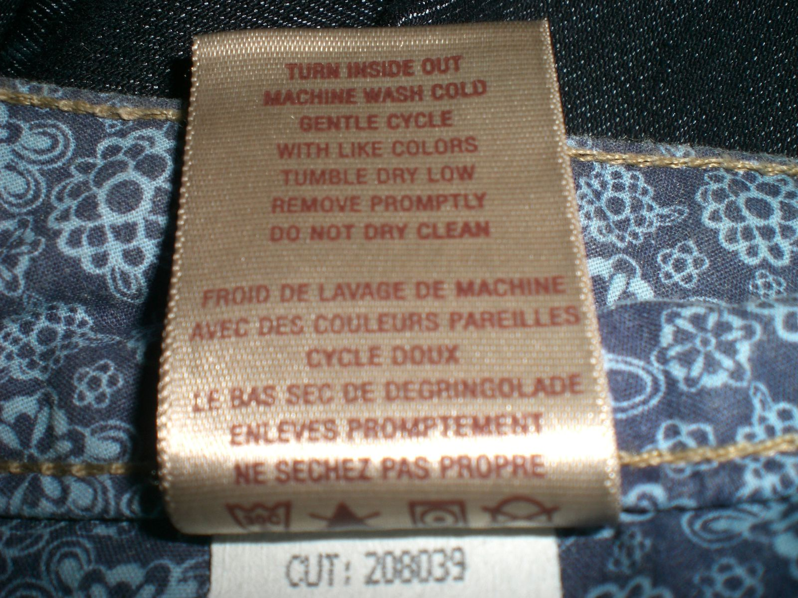 La meilleure traduction francaise des instructions de lavage sur une etiquette de jeans. Enjoy !