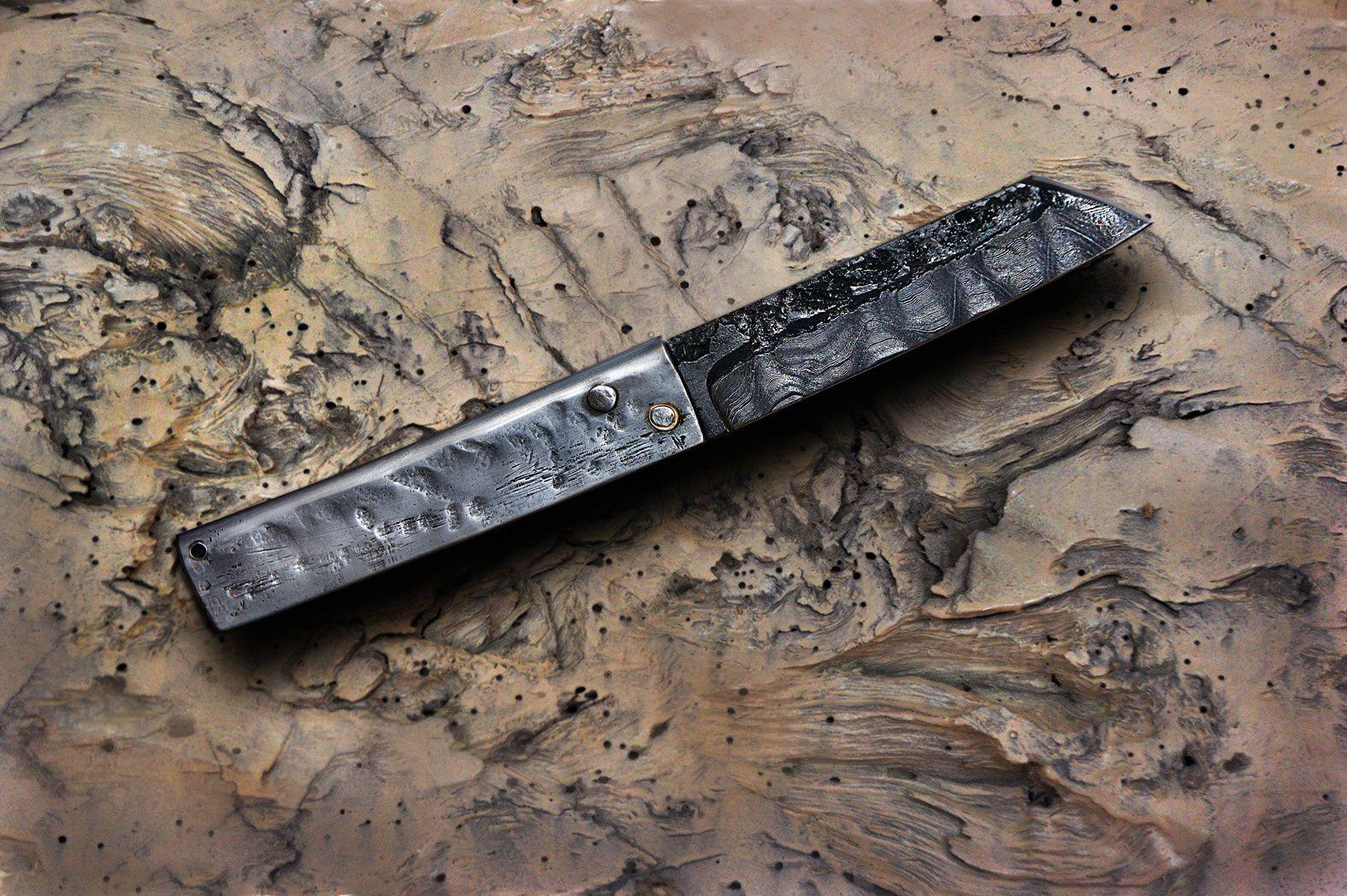 Un higonokami de Julien Maria en damas et manche acier martelé