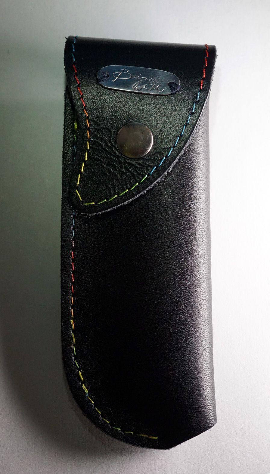 Le joli étui de ceinture offert par Alessandro fait allusion à la nageoire et arbore une couture multicolore.