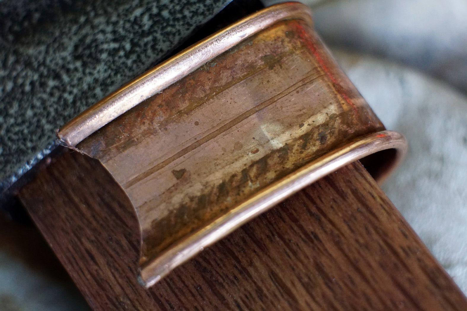 Le bracelet en cuivre a été utilisé pour faire un sandwich au cuir et ses frises en étain pour la laniére