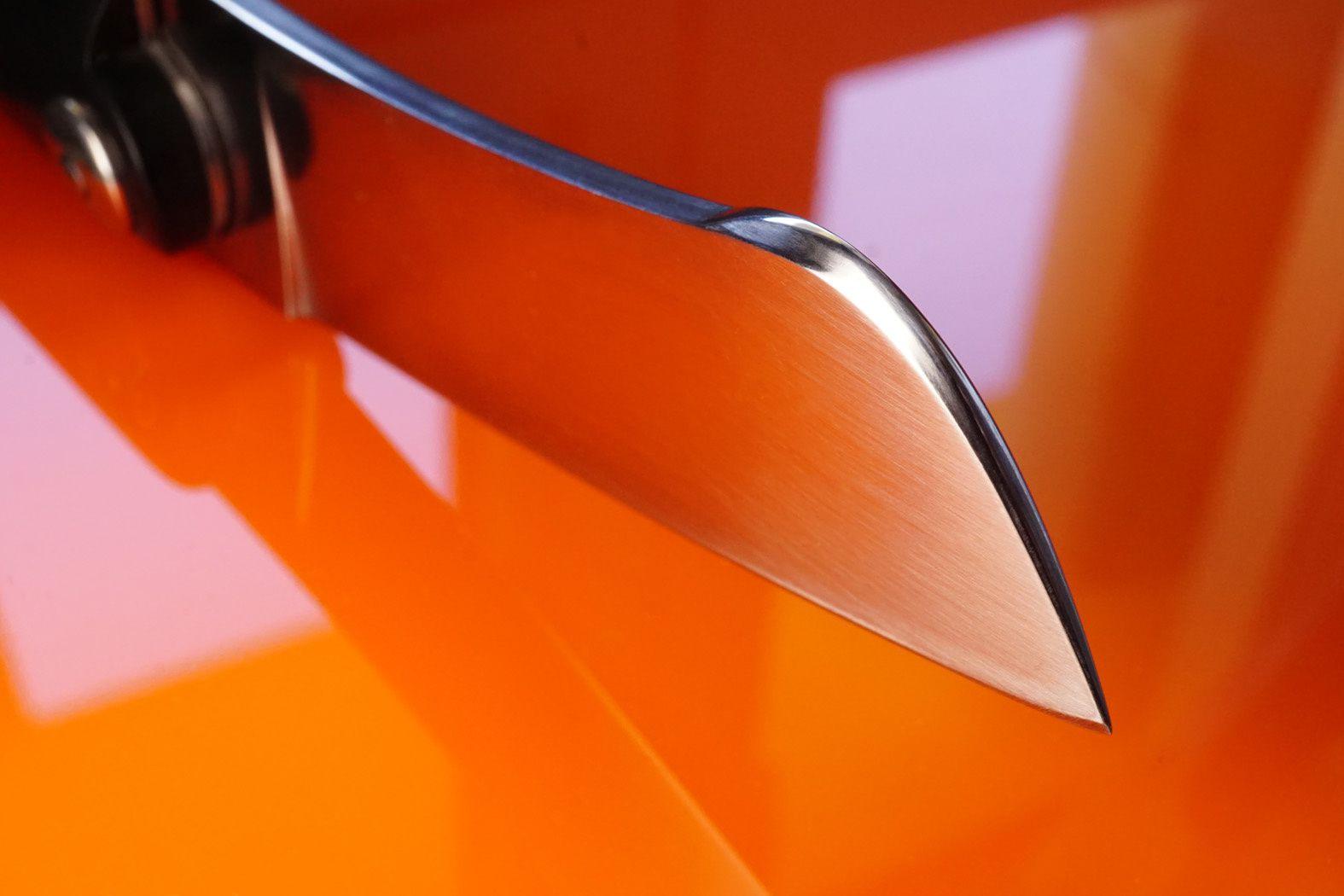 La lame redoutable est en rwl34, et comme elle ne touche pas la table dans cette position, le manche est stable même si on fait subir des rotations au couteau