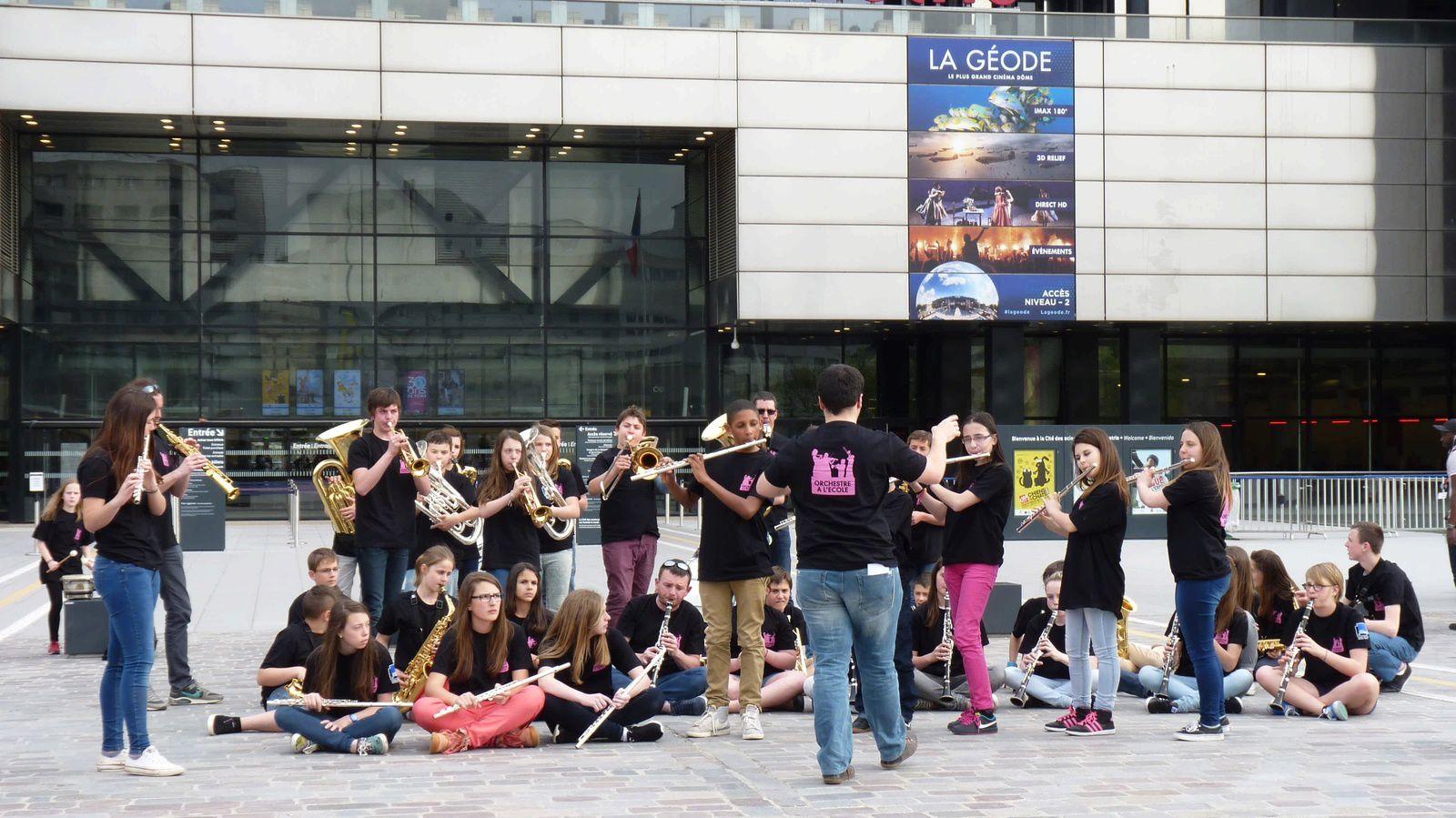"""Retour en image de notre journée à Paris entre répétition dans les locaux de Vivendi et un """"flashmob"""" à la Cité des Sciences !"""