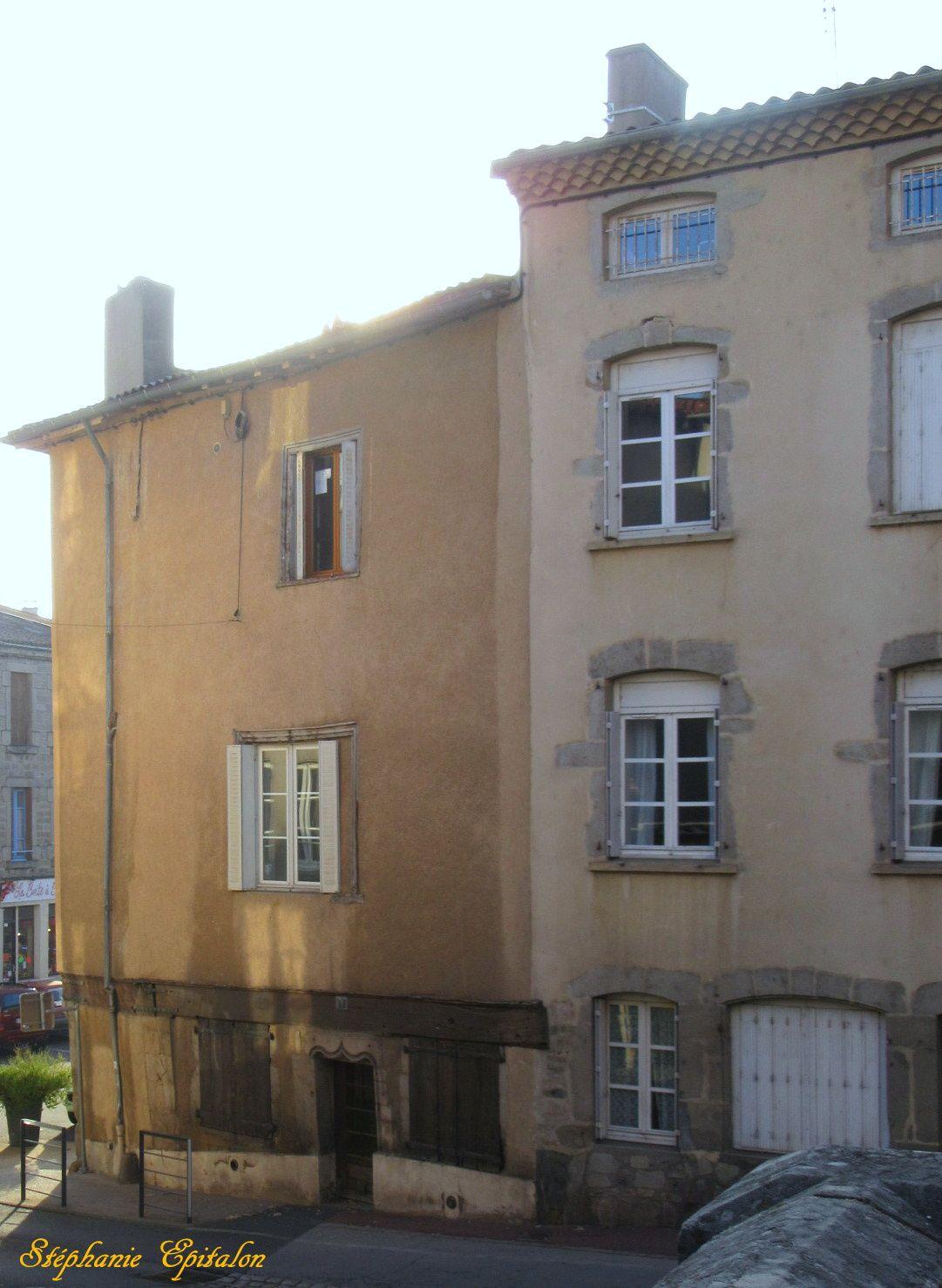 à gauche, maison de Murielle Robin et ses parents lorsqu'elle était enfant