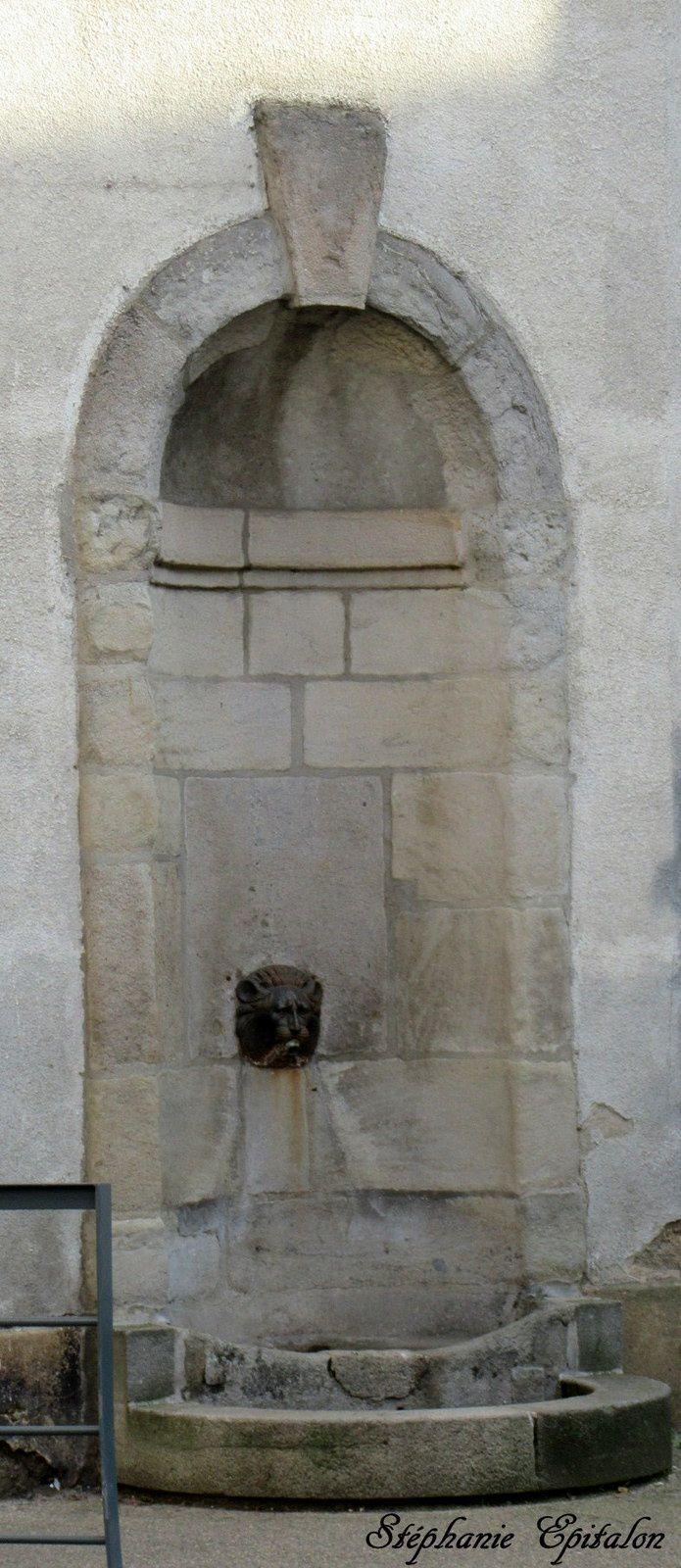 Place Saint-André ..il ne reste plus aucun vestige de l'église qui se trouvait ici, juste cette fontaine