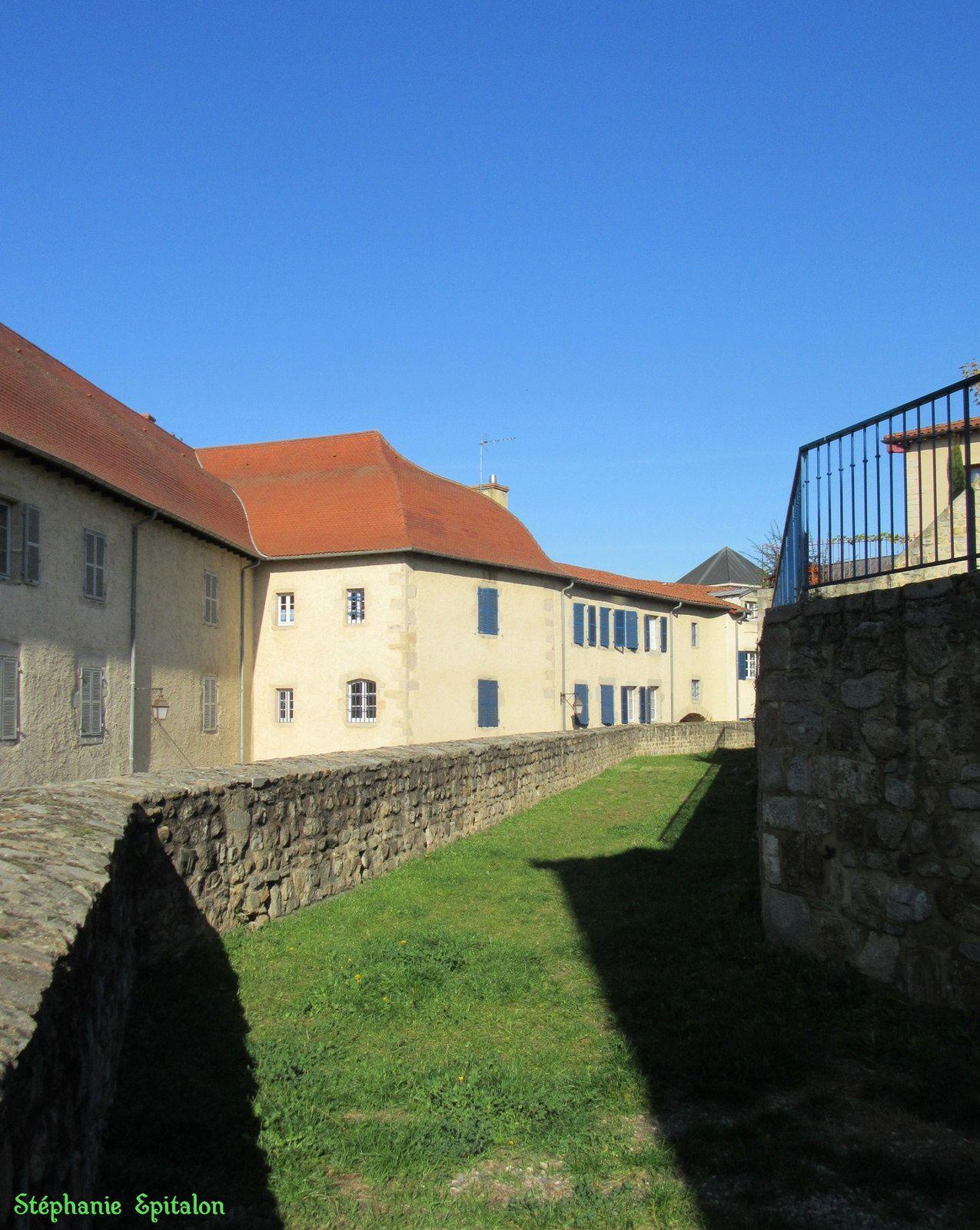 le couvent des Visitandines qui date de 1643  (actuel palais de justice) et plus loin dans la rue c'est l'ancienne prison devenu Centre Musical