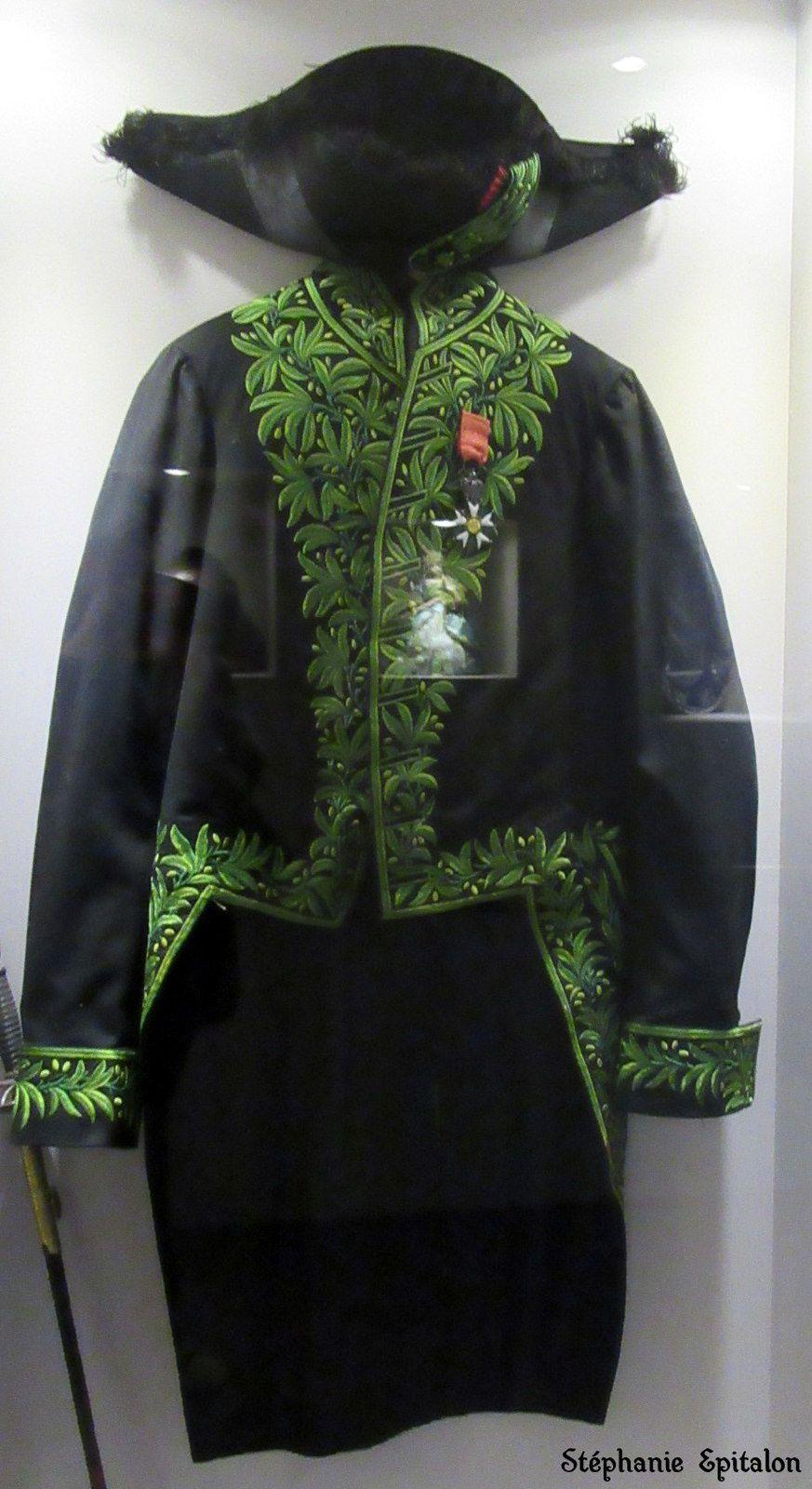 habit d'académicien de Victor de Laprade composé d'un bicorne, une veste et une épée