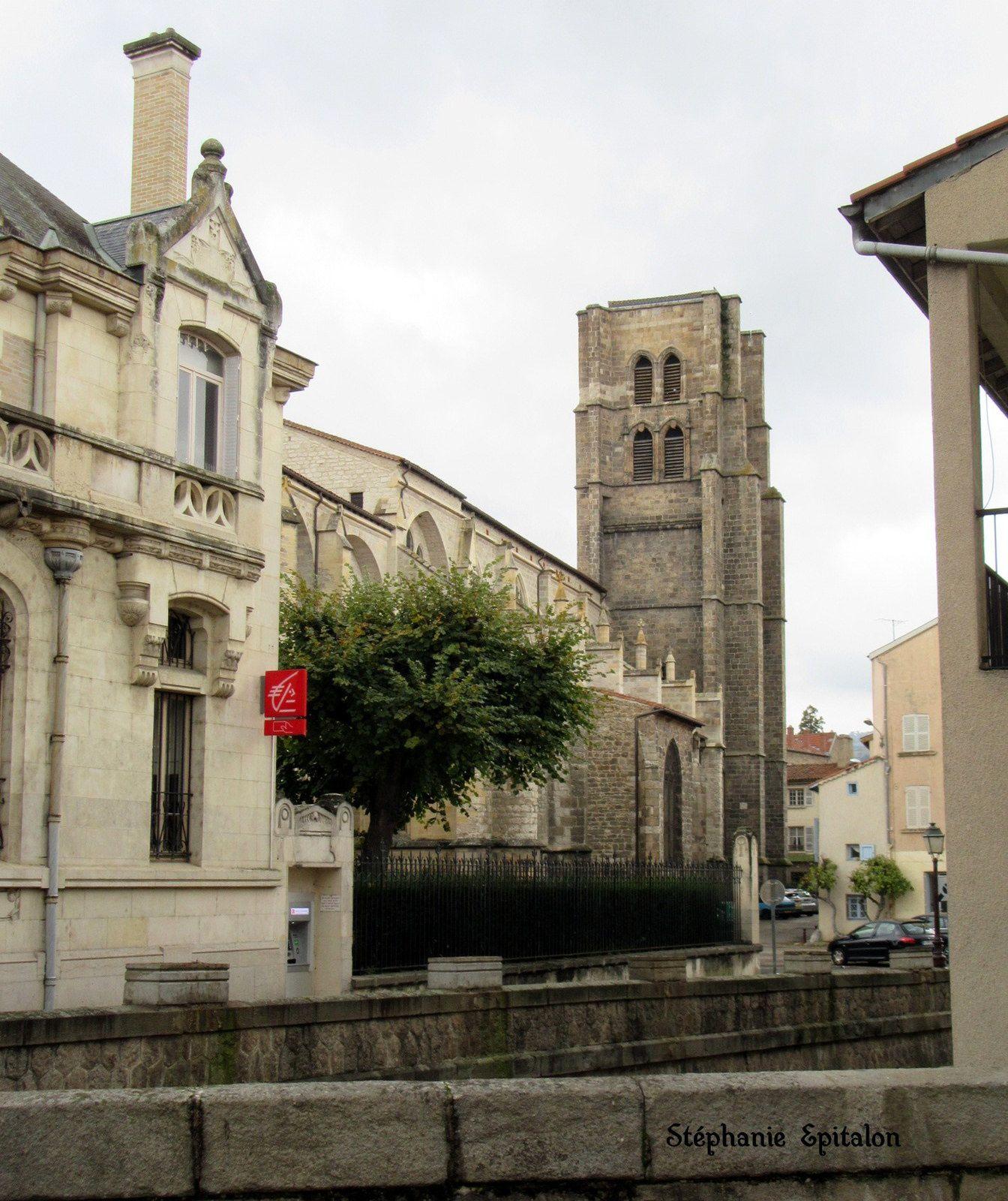 A travers Montbrison : place des combattants, Théâtre des Pénitents et Caisse d'Epargne (42600, Loire)