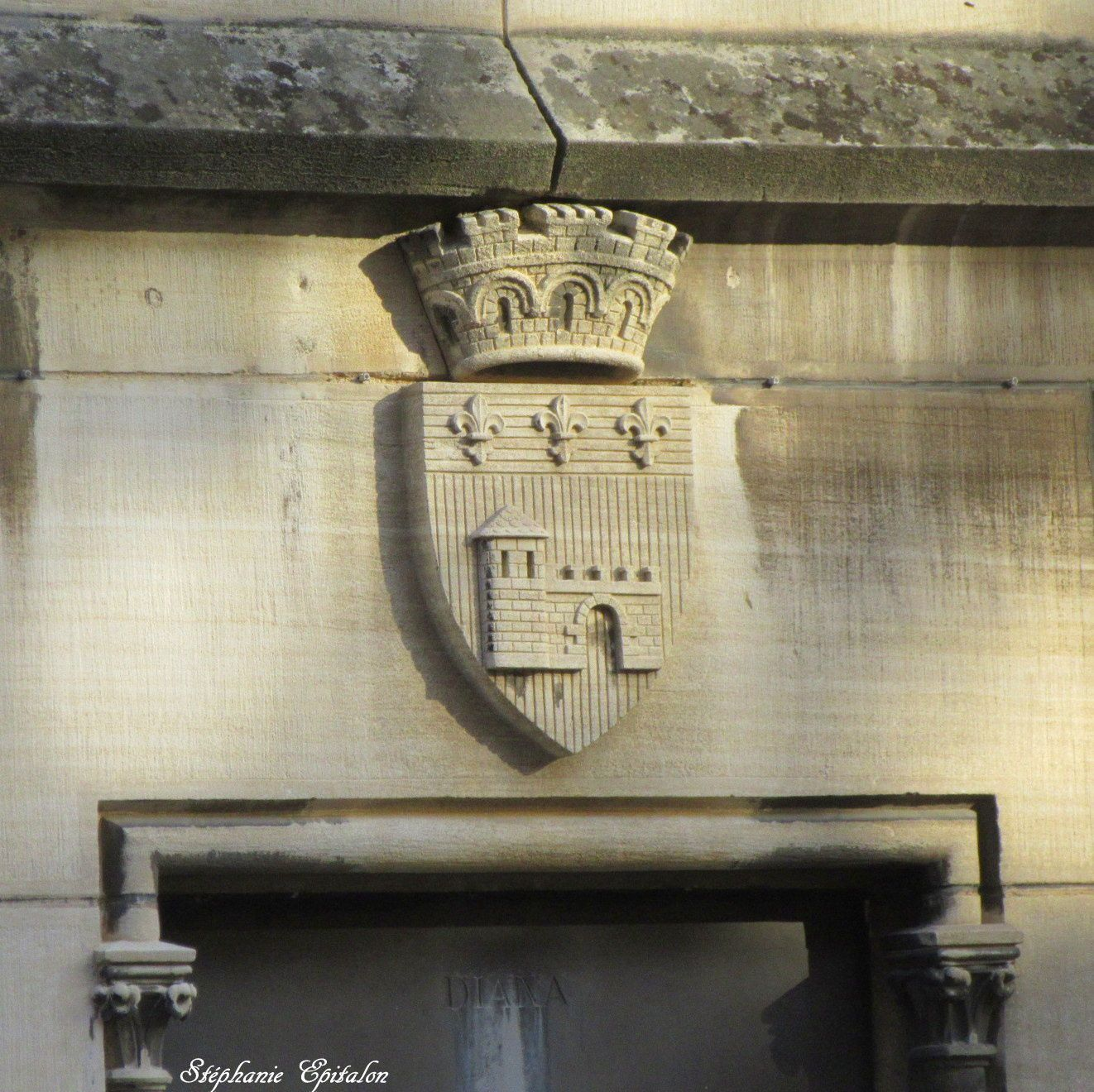 Armoiries de Montbrison sur la façade de la Diana