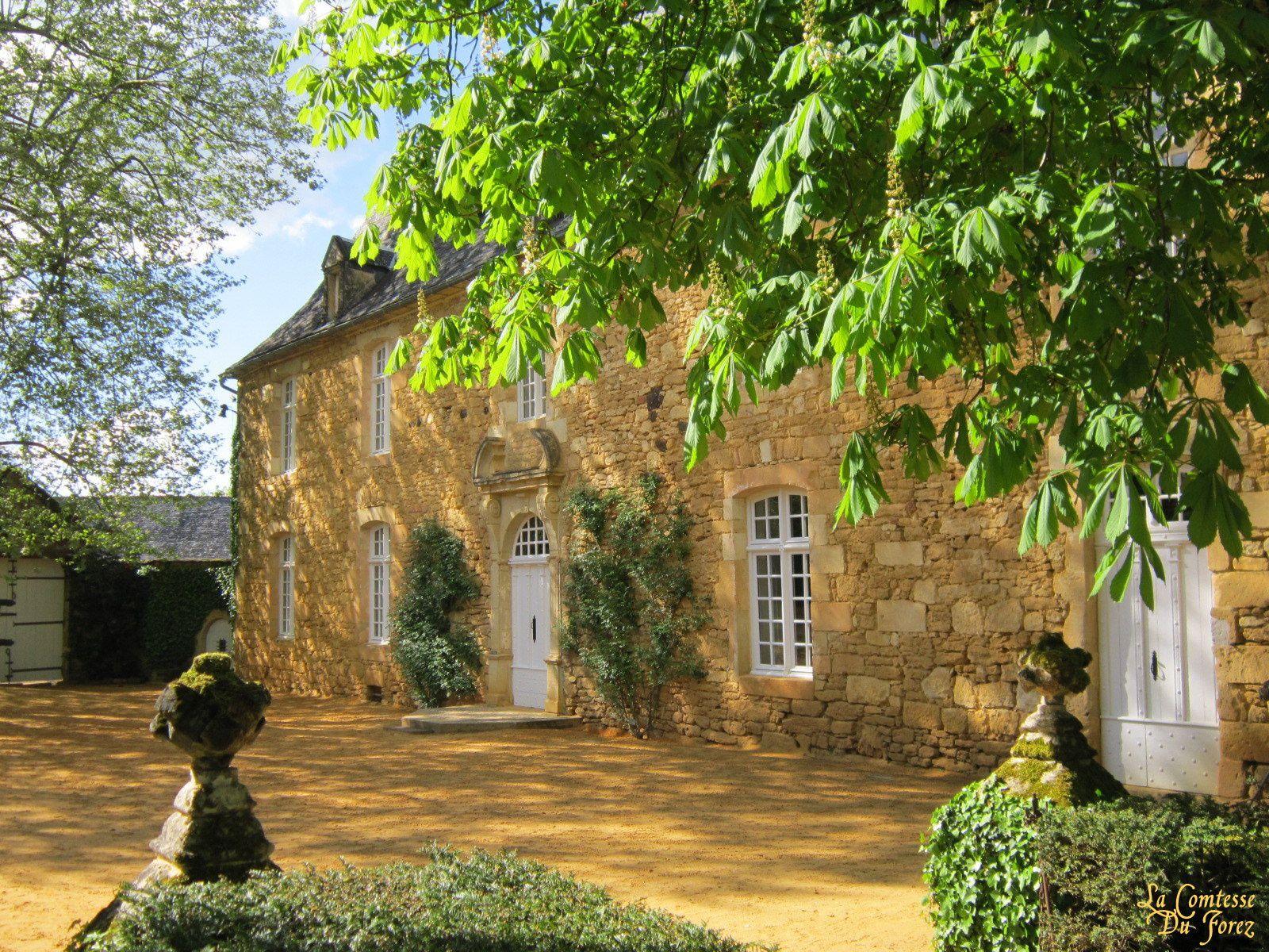 Le manoir actuel fut reconstruit par Antoine de Costes de la Calprenède au XVIIe siècle sur les ruines de l'ancien repaire noble. Les premiers jardins ont été conçus au XVIIIe siècle, à l'initiative de Louis-Antoine Gabriel de la Calprenède (l'arrière-petit-fils d'Antoine) : jardins à la française inspirés par ceux des villas d'Italie comme le goût de l'époque le voulait. Ils furent complètement remaniés au XIXe siècle pour suivre la nouvelle mode, et devinrent un parc à l'anglaise.