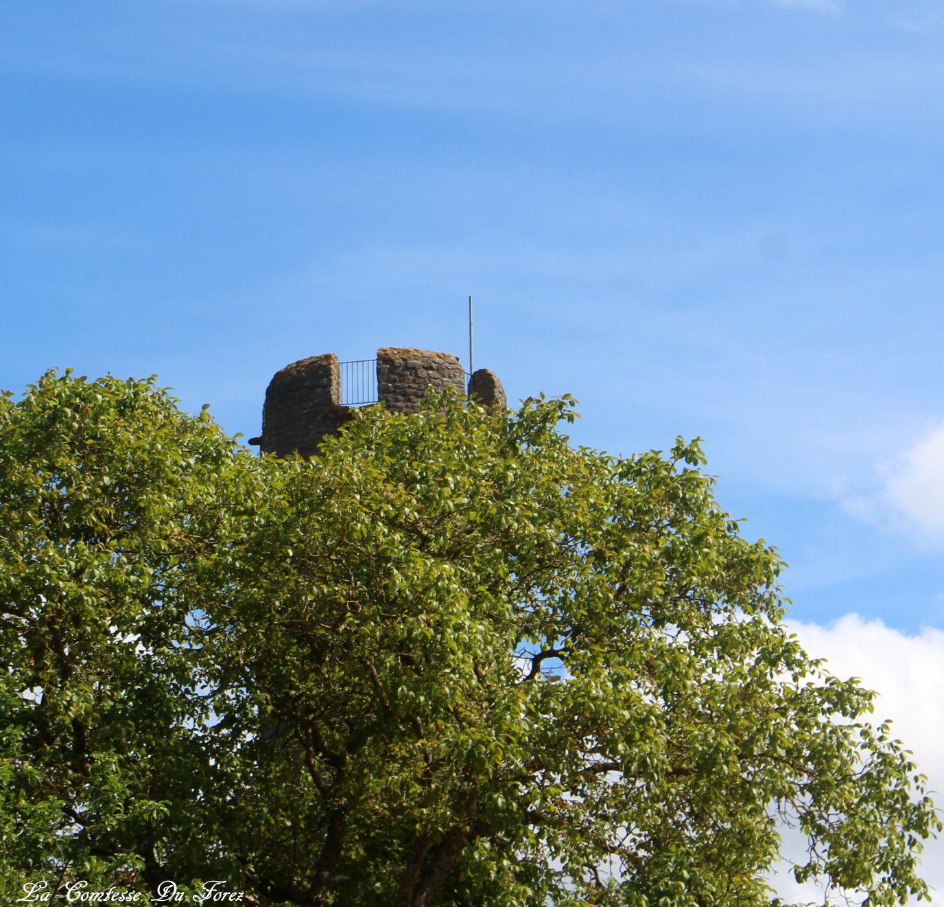le bourg médiéval de Chambles (42170 Loire)