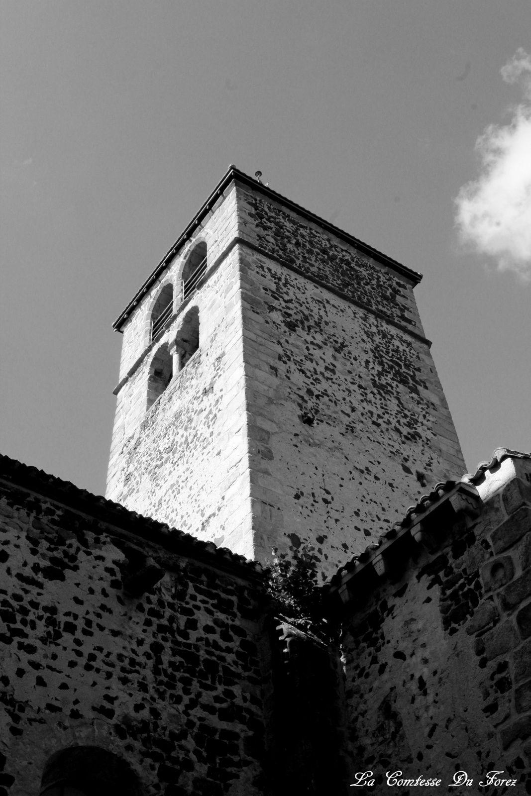 vue sur l'église de l'intérieur de la cour