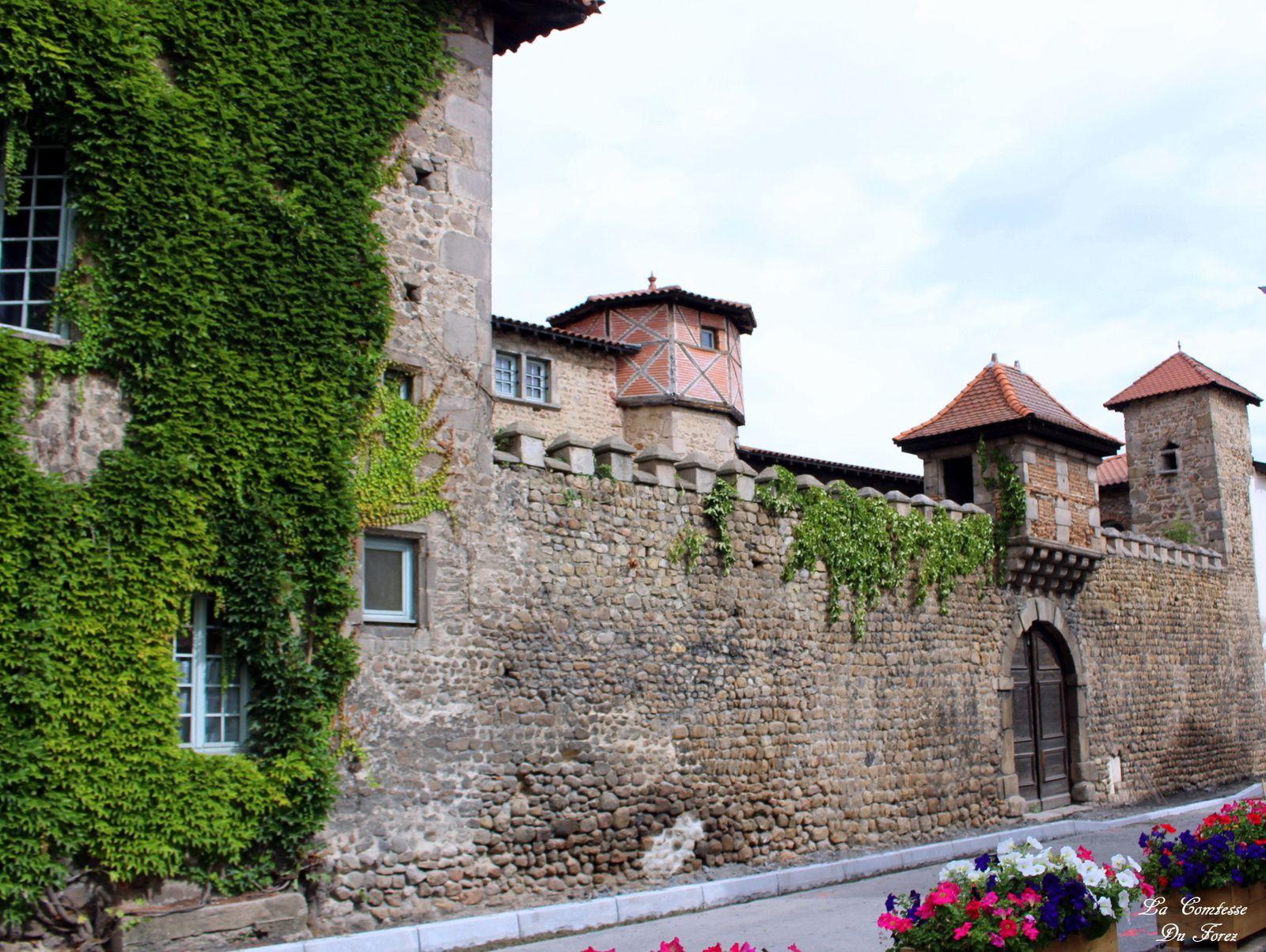 Une Maison du Colombier était mentionnée dès le XIVe siècle. Le manoir du Colombier, au nord du bourg, ne prendra son nom qu'à  la fin du XVIIe siècle. Sa construction remonte à  l'an 1630. Des créneaux couronnent le mur de clôture surmonté d'un superbe édicule en encorbellement, orné de mâchicoulis, reposant sur des corbeaux en pierre. Ces ouvrages défensifs ne servaient plus au XVIIe siècle et ont été installés à  titre décoratif. A l'intérieur se trouve une belle loggia.