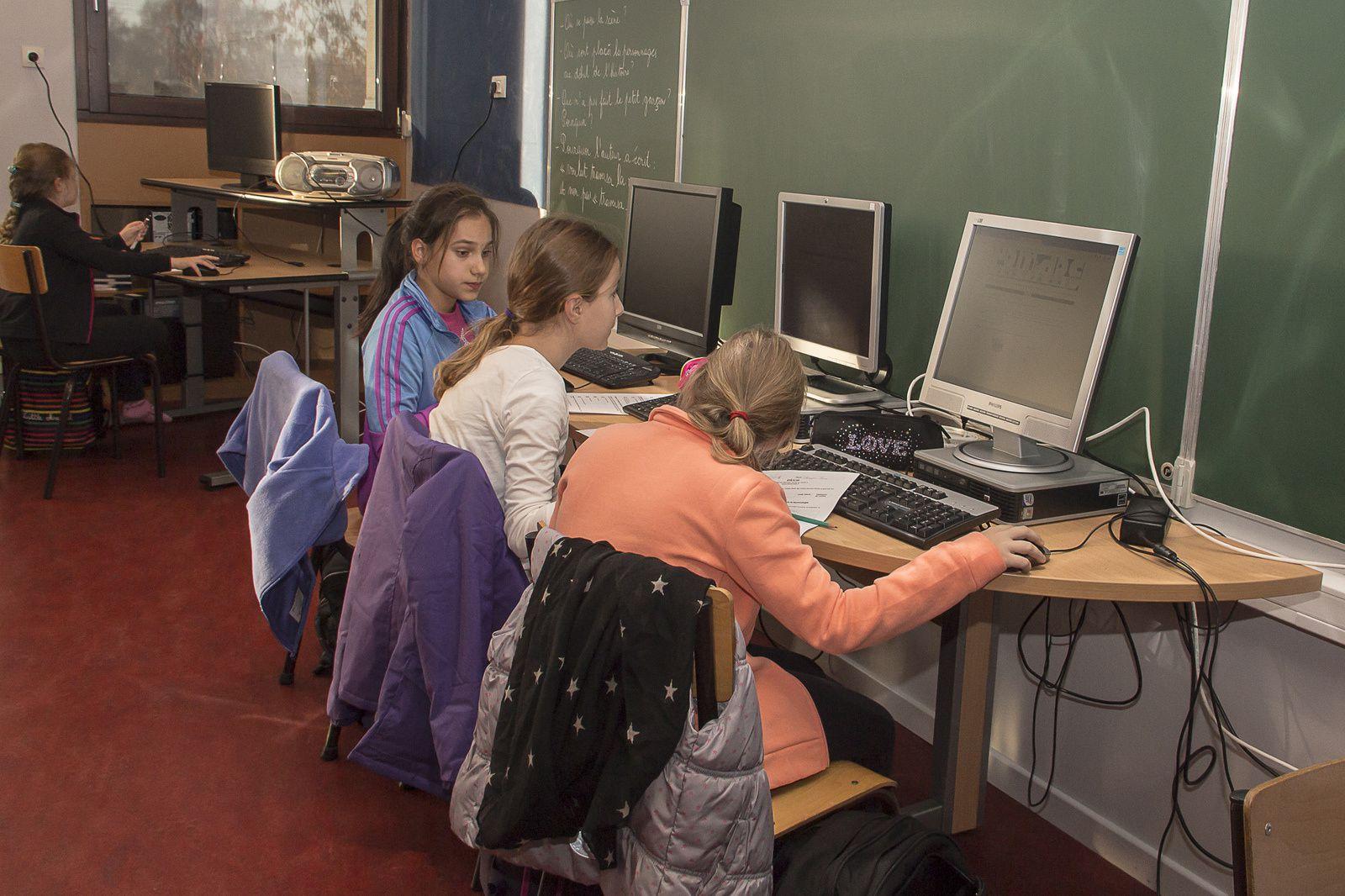 Les élèves préparent le journal scolaire
