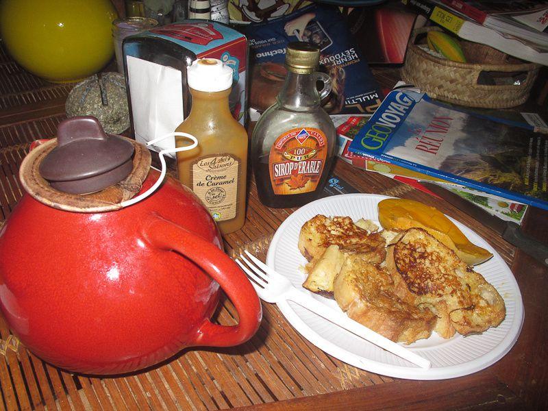 quitte à pas bosser autant se faire un vrai petit dej' : pain perdu et mangue fraiche, arrosé d'un bon thé