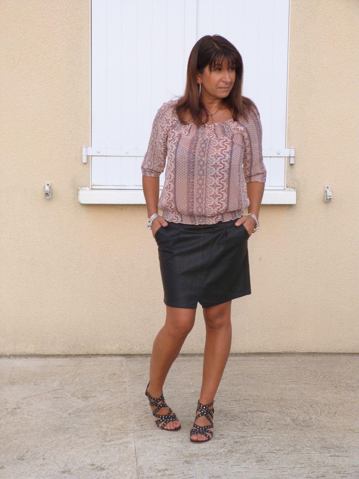 chemisier : LA HALLE AUX VETEMENTS  jupe :CACHE CACHE   chaussures : LA HALLE AUX CHAUSSURES