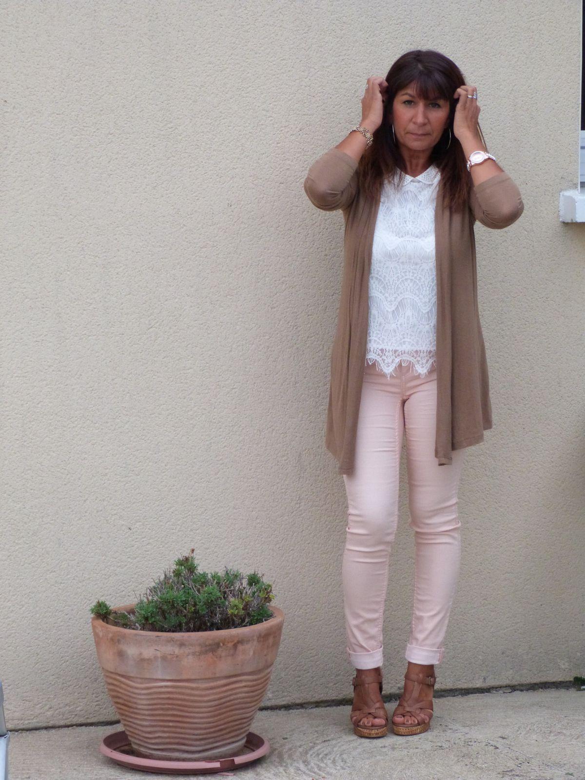gilet : CACHE CACHE  top : BOUTIQUE AU CAP D ADGE  pantalon : PROMOD chaussures : LA HALLE AUX CHAUSURES .