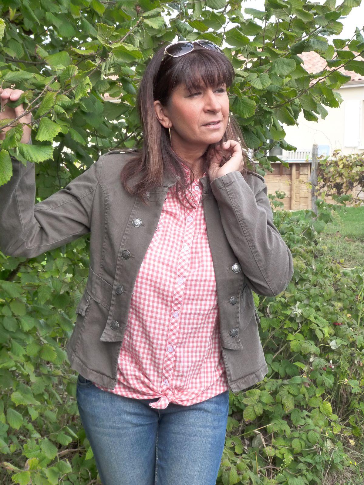 veste et chemise : PIMKIE  jeans  : CAMAIEU  bottines : MISS COQUINE.