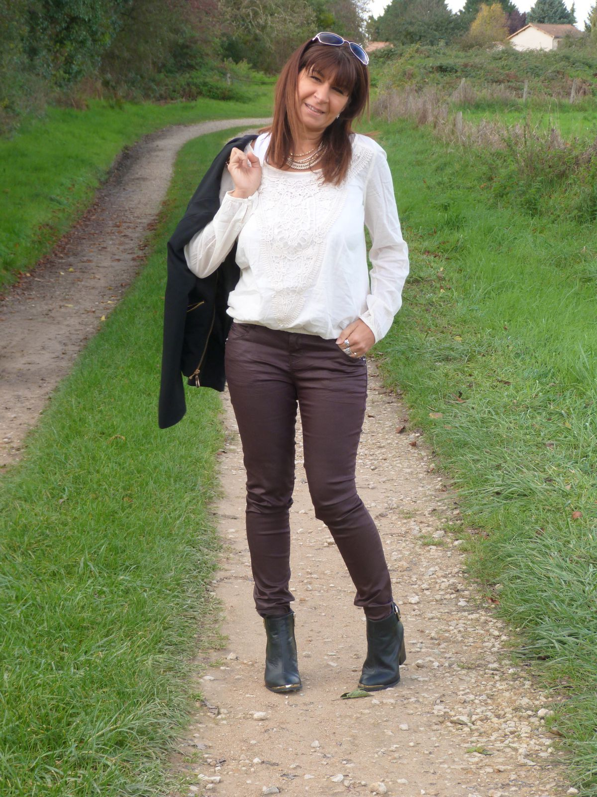 veste : MISS COQUINE  blouse et bottines : PIMKIE  pantalon  : BONOBO.