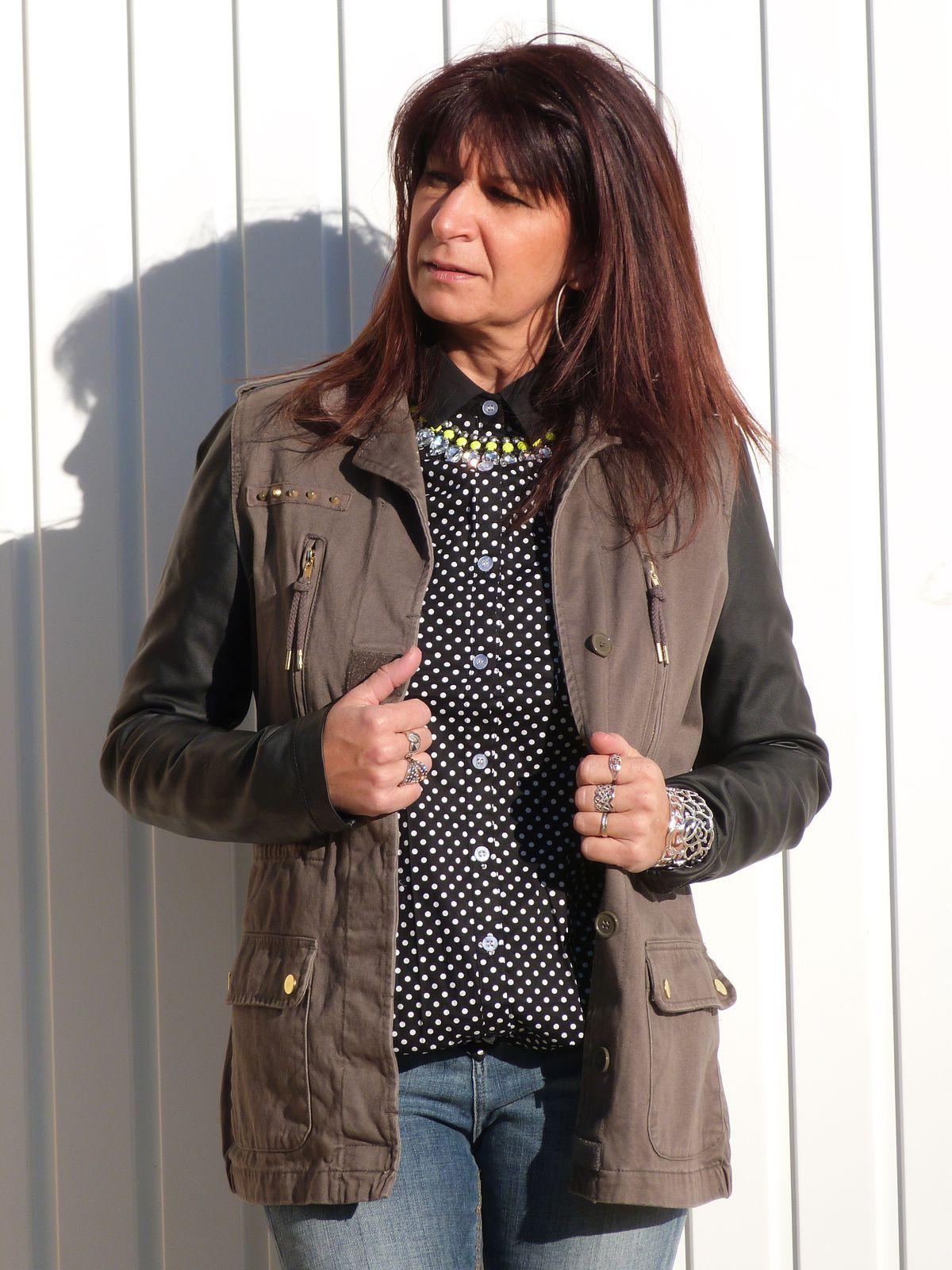 veste :PIMKIE   jeans : BERSHKA  chemisier : JOLLYCHIC  bottines: GEMO . collier : HetM.