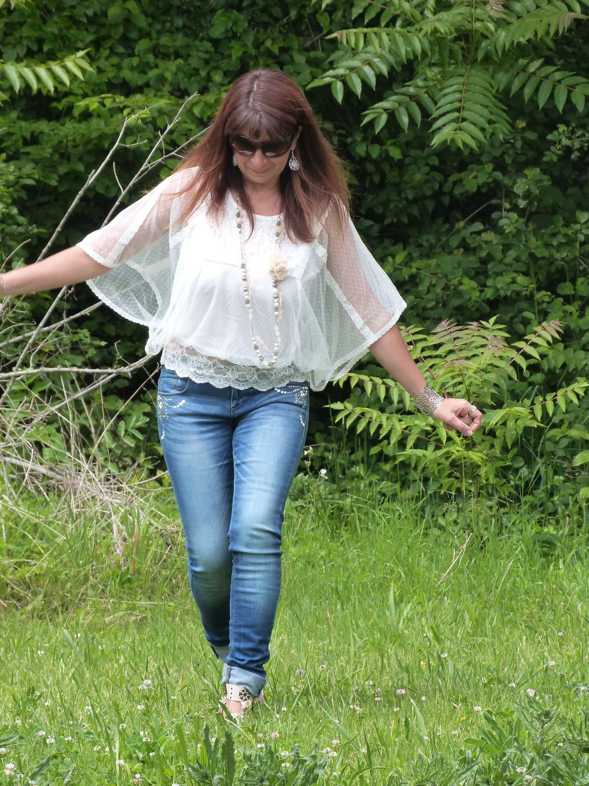 Blouse : FOREVER 21 , Jeans : BERSHKA , Chaussures :MANGO,  Sautoir : PROMOD.