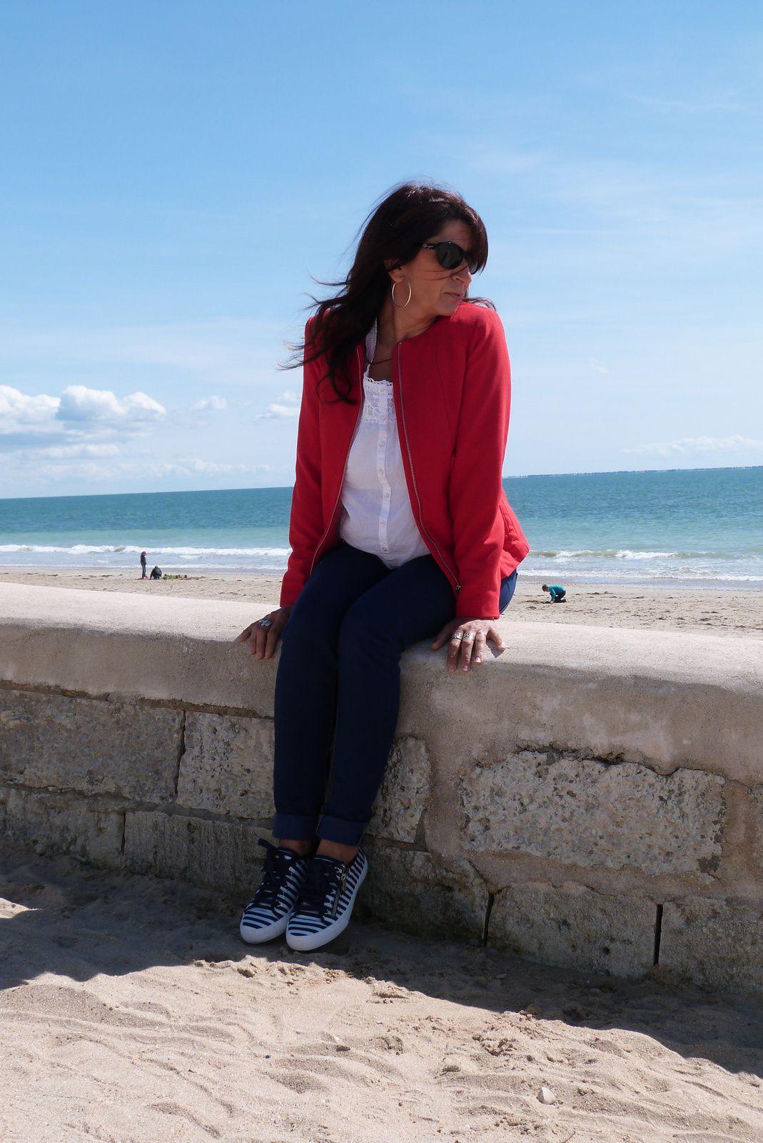 Veste rouge sur bord de mer...