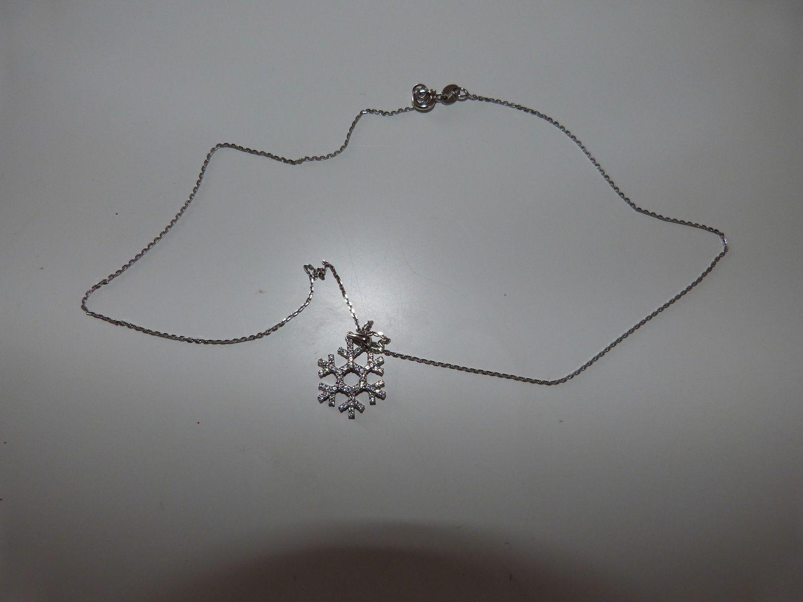 bracelet et bague : LE MANEGE A BIGOUX    collier : HISTOIRE D OR   jupe : LA HALLE  bouquet : LECLERC.