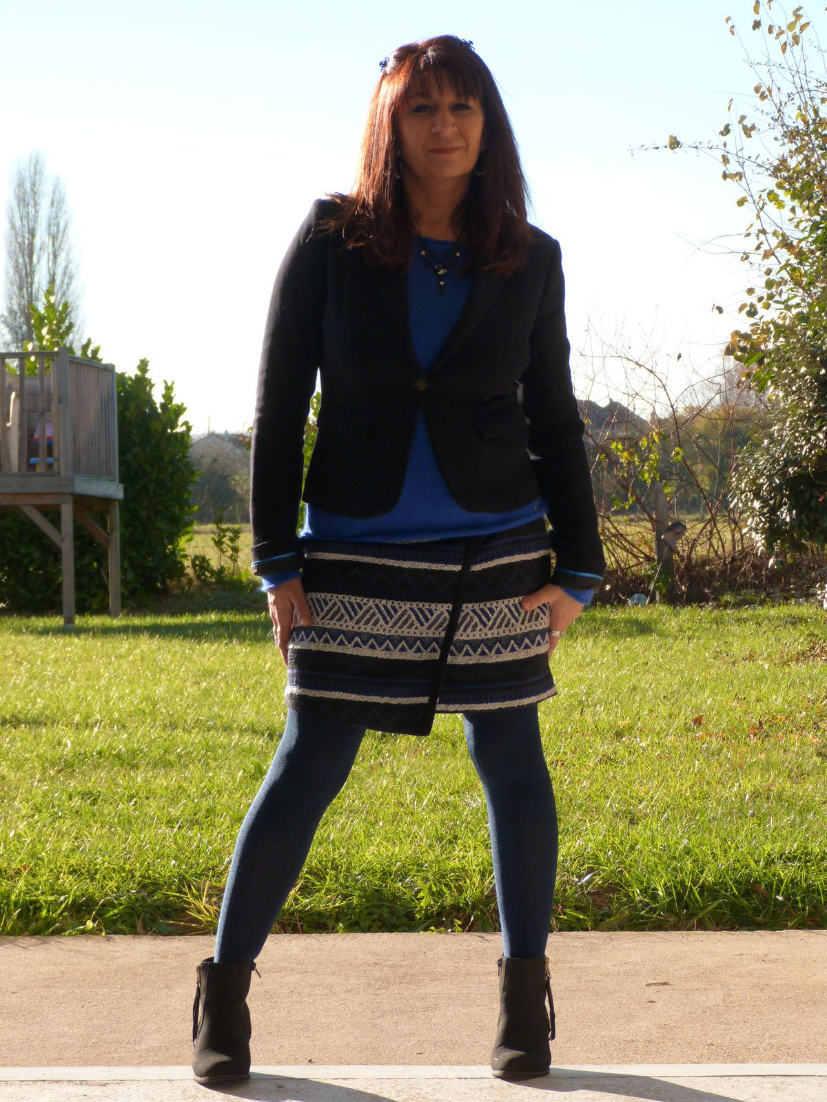 veste : PIMKIE ,Pull : BONOBO  , jupe et collier: PROMOD  bottines : FASHION SHOPPING.