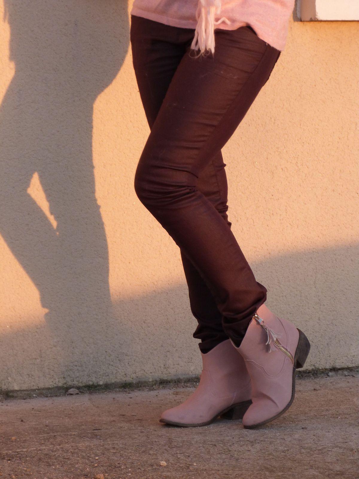 pull : FRUIT ROUGE  , pantalon : BONOBO, bottines : ZALANDO,  blouson et echarpe : PIMKIE .