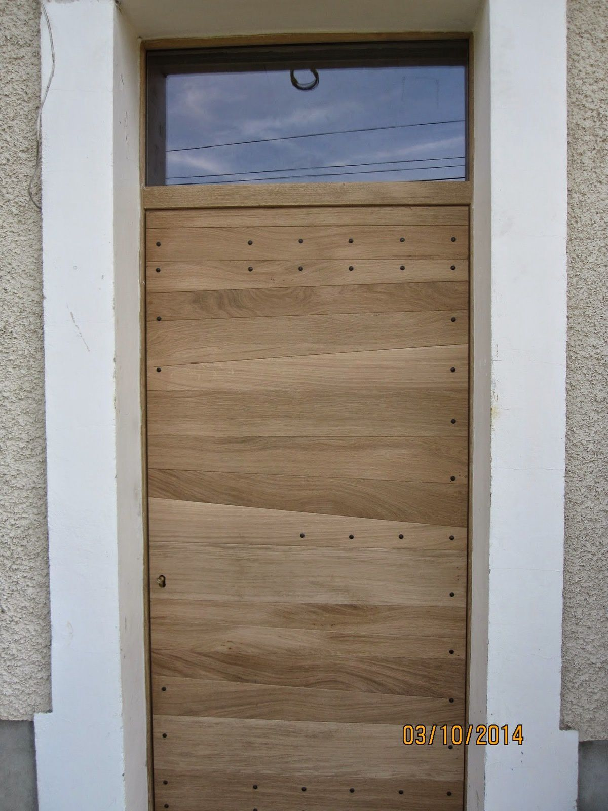 Porte planches horizontales en ext rieur menuiserie for Decoration habillage porte