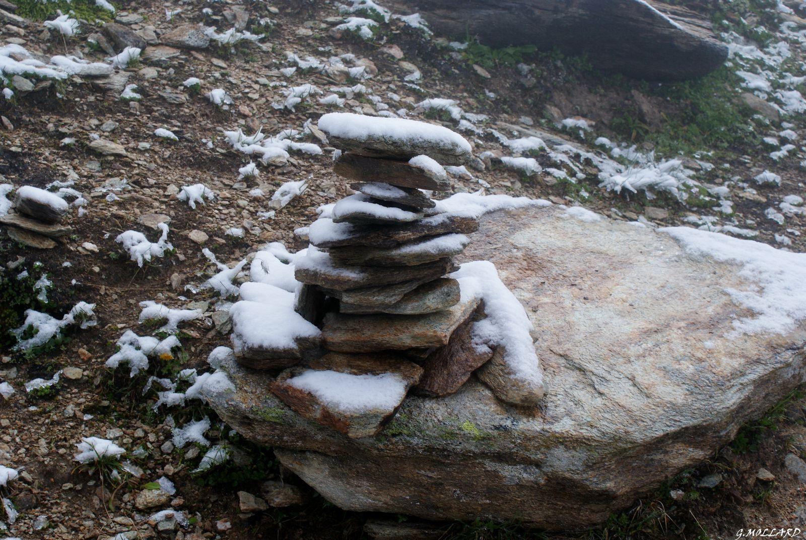 Cairn sous la neige fraiche.