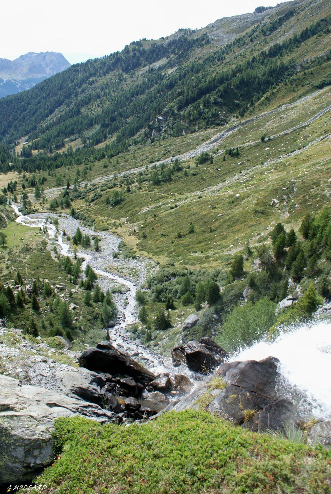 la chute et le ruisseau qui ne fait plusqu'un.