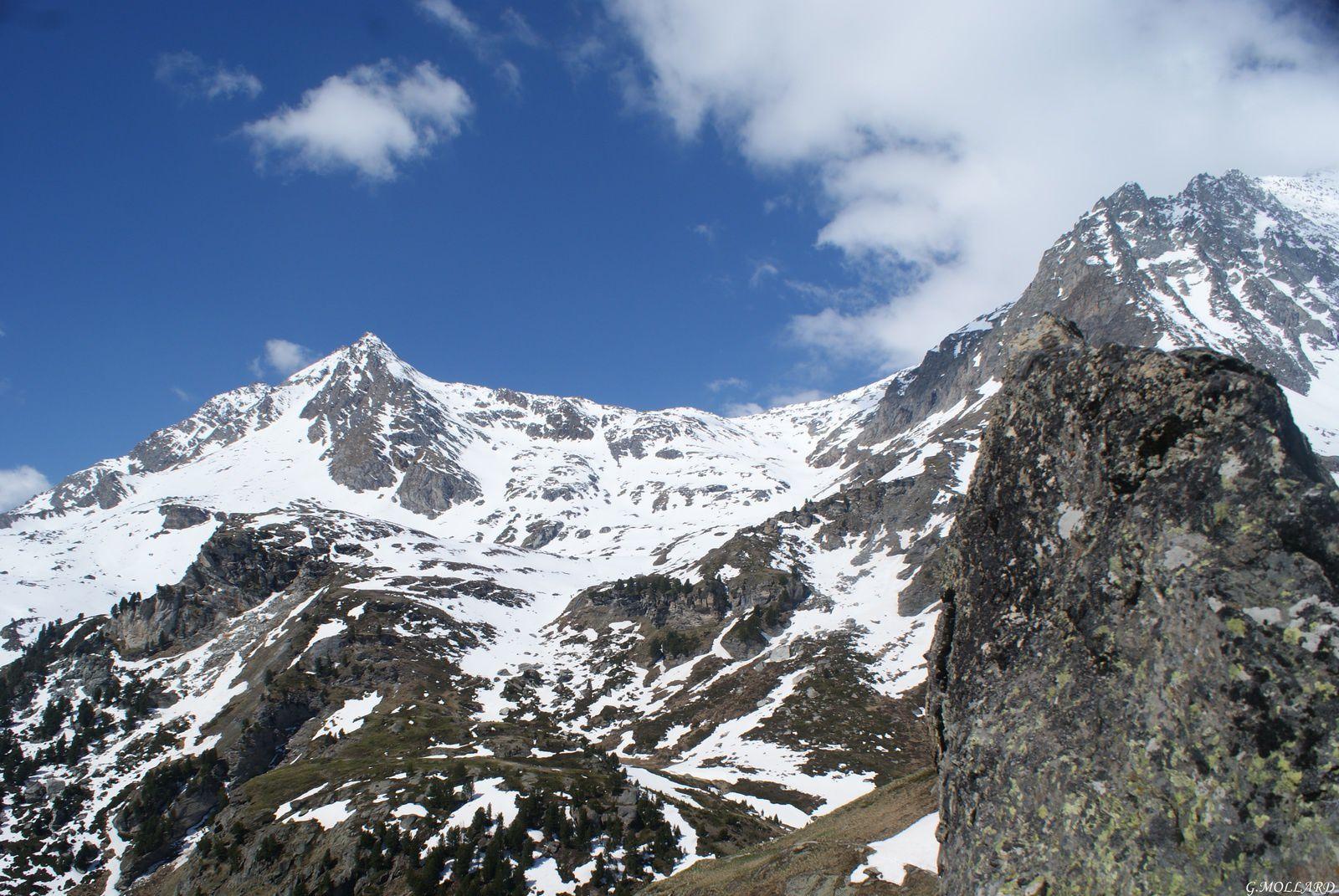 le rateau d'Aussois à gauche, le col de la masse au centre 2923 m, passage pour rejoindre l'Orgére.