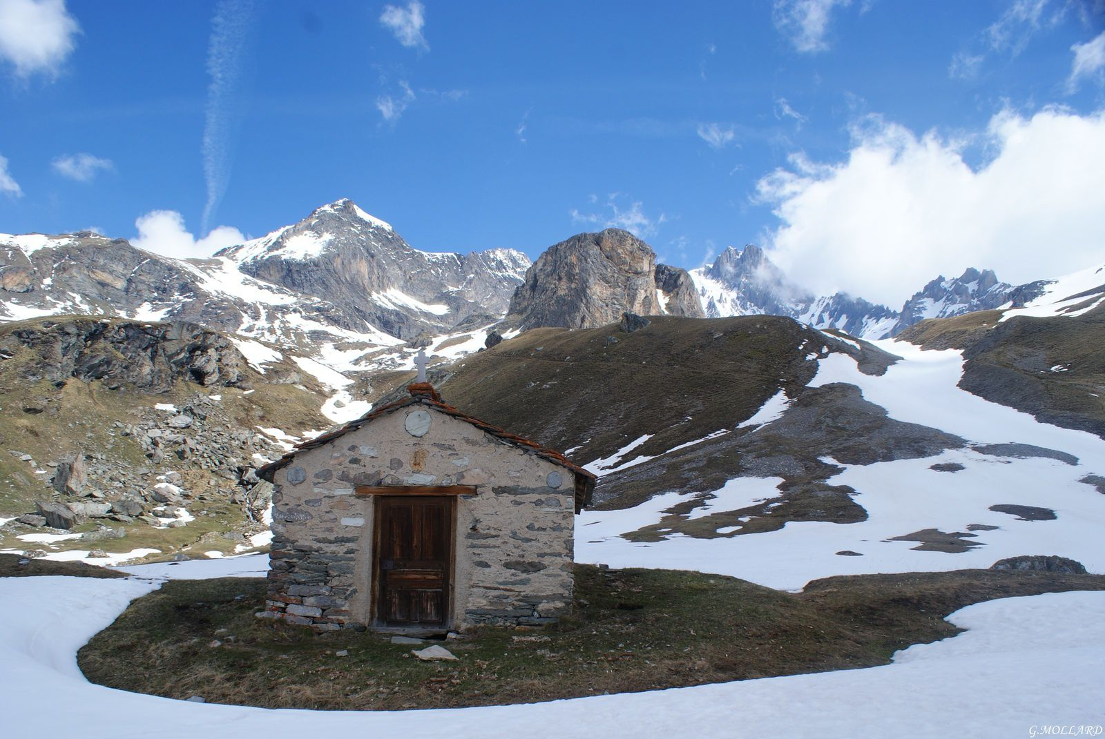 magnifique petite chapelle (sans nom) qui veille sur la dent Parrachée .