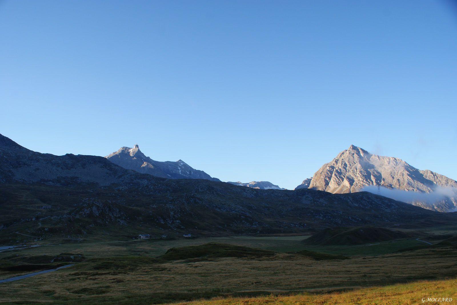 le jour se lève au refuge du petit Mont Cenis.