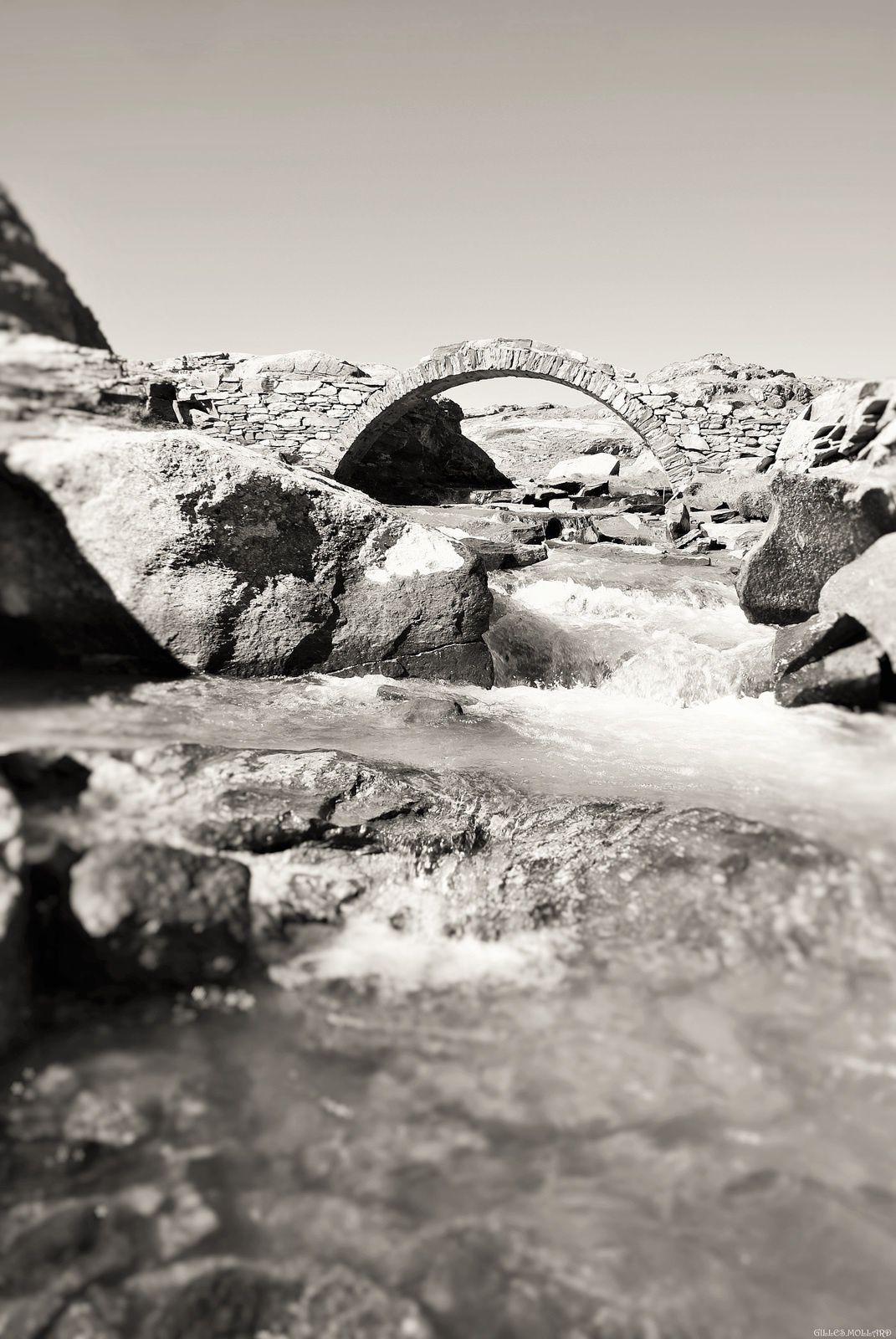 24) Arc en pierres.