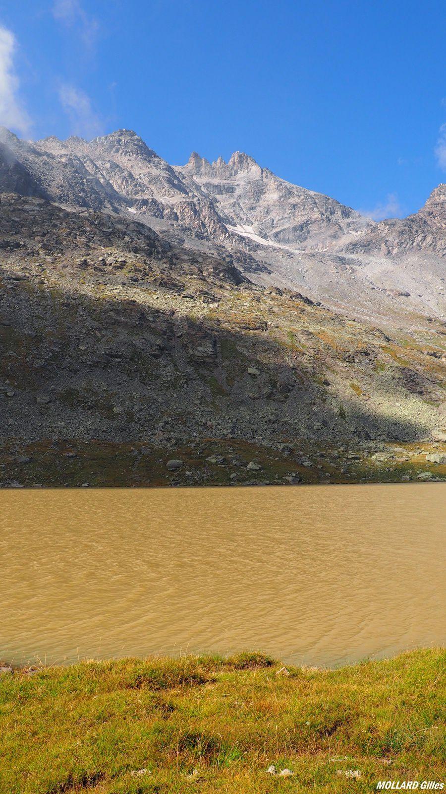 par endroit le lac change de couleur.