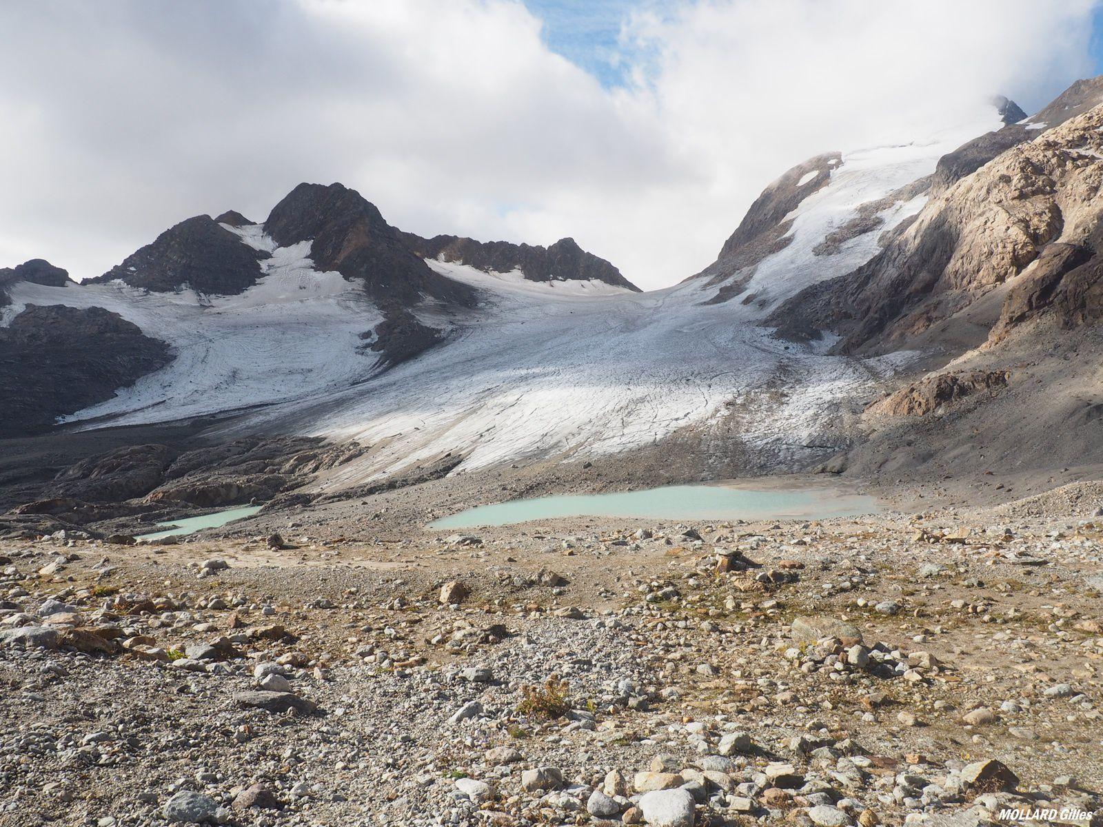 petits lac devant le glacier