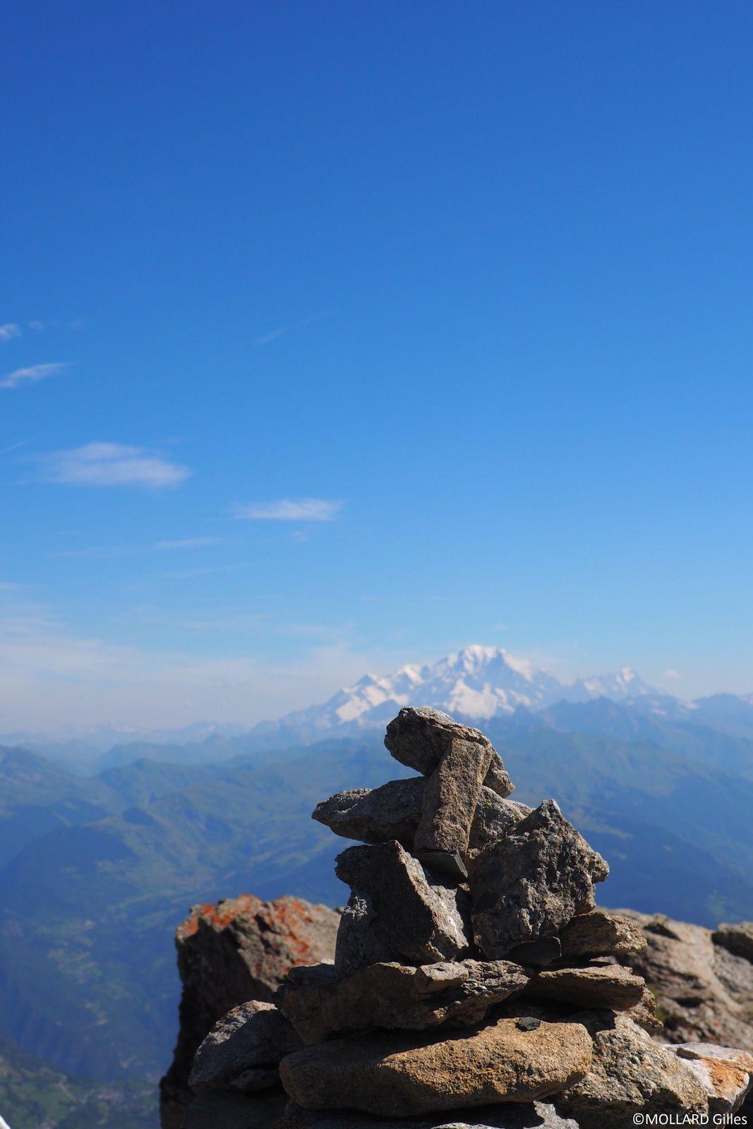 le Mont Blanc posé sur un cairn.