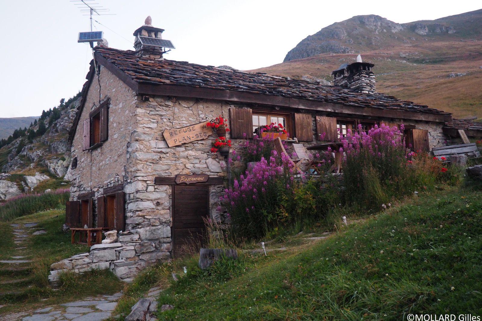 bâtiment des gardiens et salle de restaurant