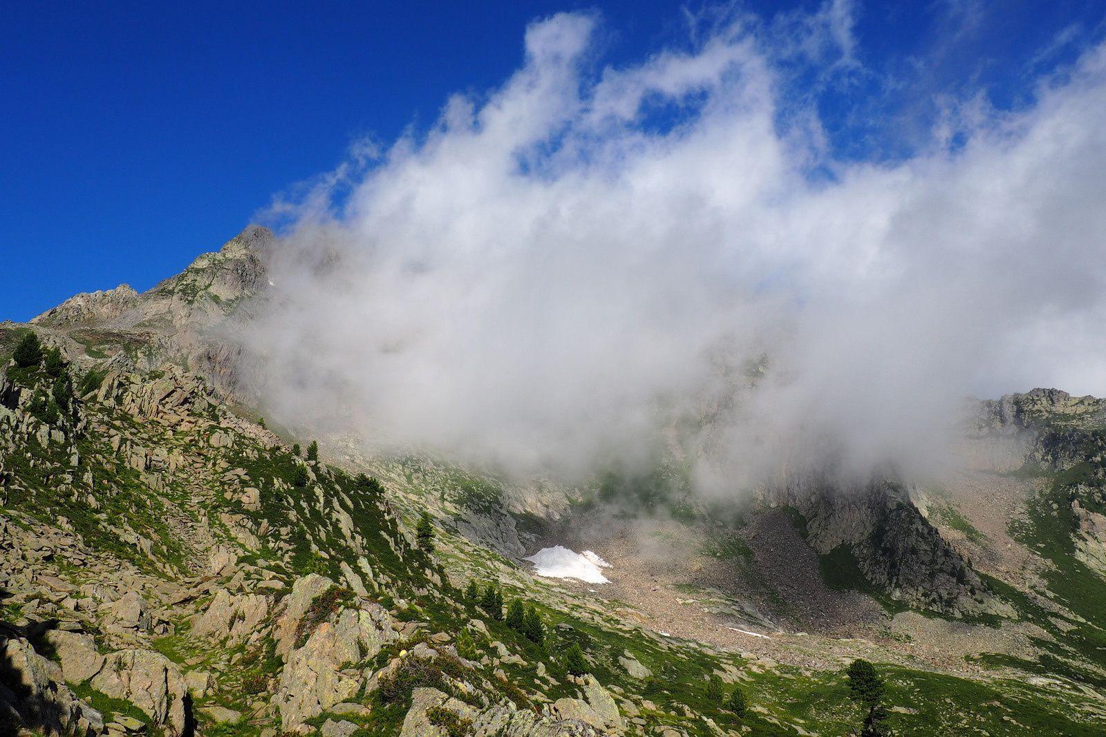 nuage accroché au sommet