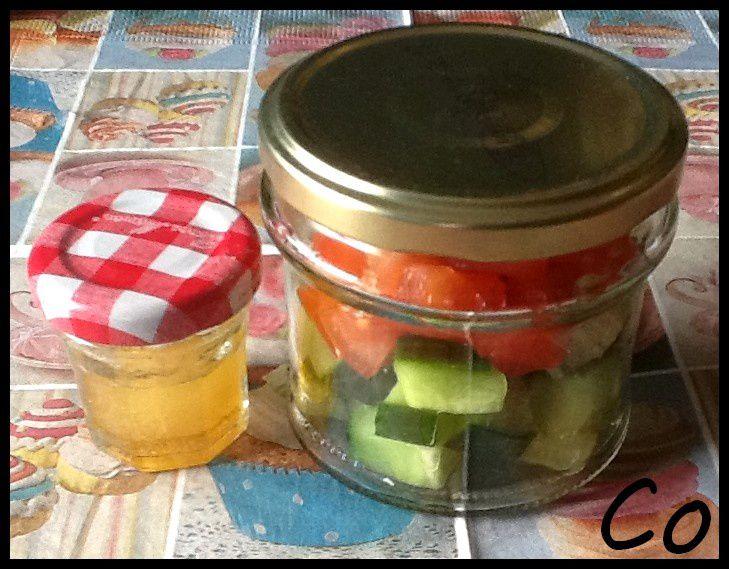 Salade tomates, feta, concombre dans son bocal et sa sauce à l'huile de noisettes grillée dans un bébé bocal
