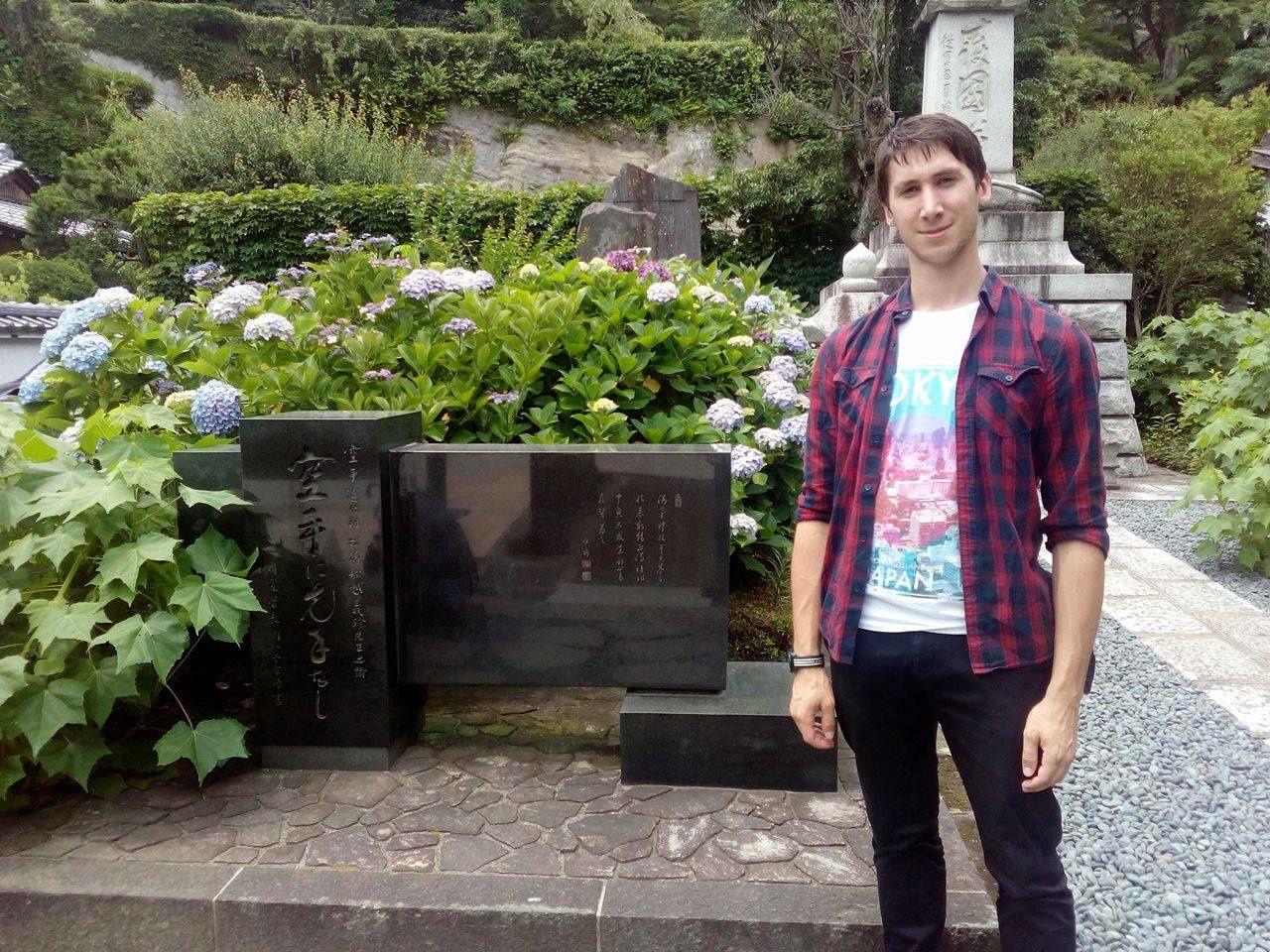 Yann sur la tombe de Funakoshi Gichin