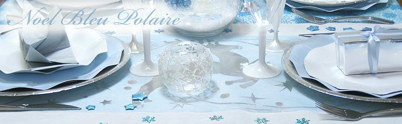 Une table dans les tons Bleu Polaire. Chemin de table rennes Argent brillant sur fond Bleu Ciel, les assiettes corolle blanches et bleu ciel, Serviette blanche ou serviette préplié argent.