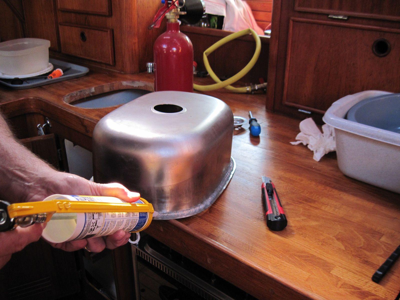 pose du silicone sur un des éviers