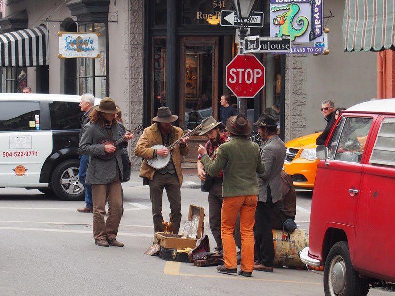 """Beaucoup de """"jazz bands"""" croisés aux angles de rues."""