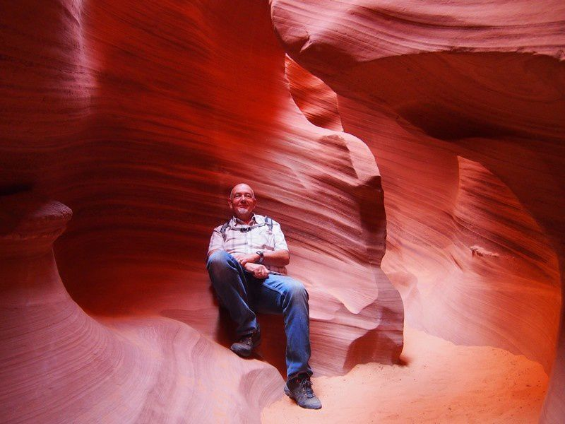 Juste pour la jauge.... au sol, l'étroit cheminement sableux dans ce canyon.