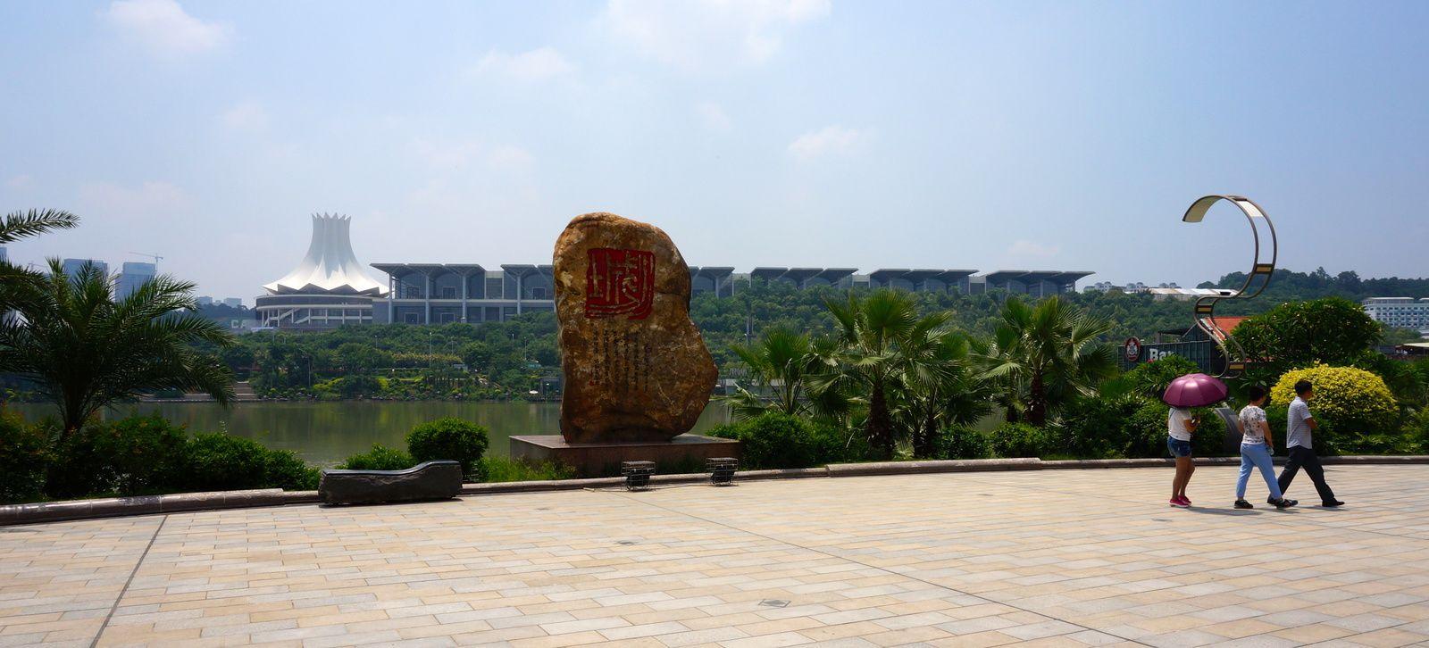 A gauche, c'est une fleur de lotus stylisée. A droite, les halls d'expo.