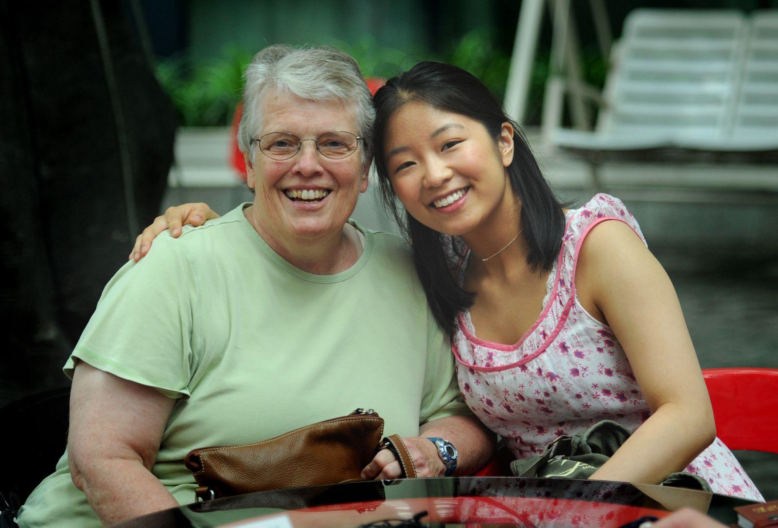 L'auteure avec sa mère adoptive