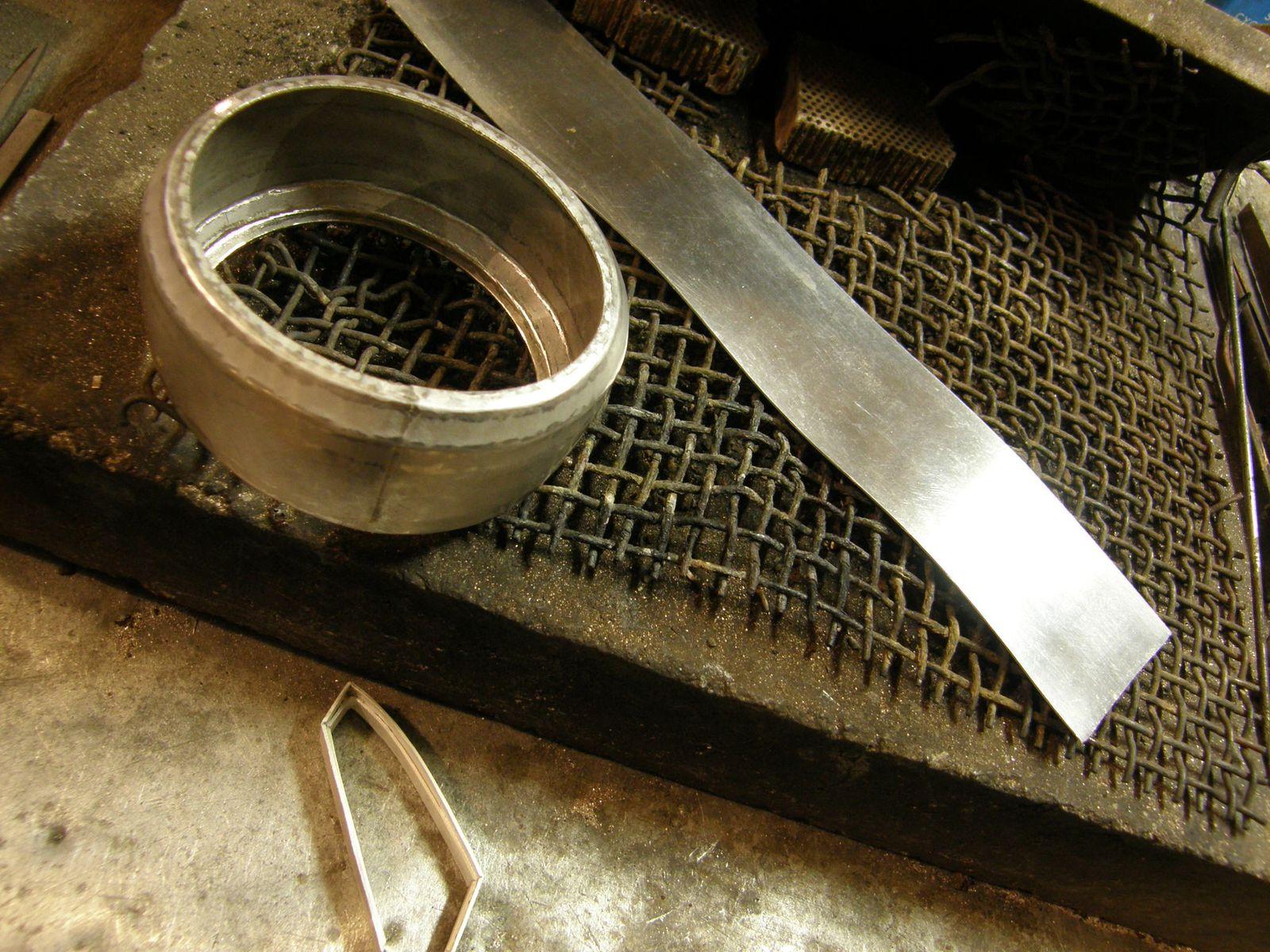 Le corps de bracelet mis en forme, la doublure et le serti.